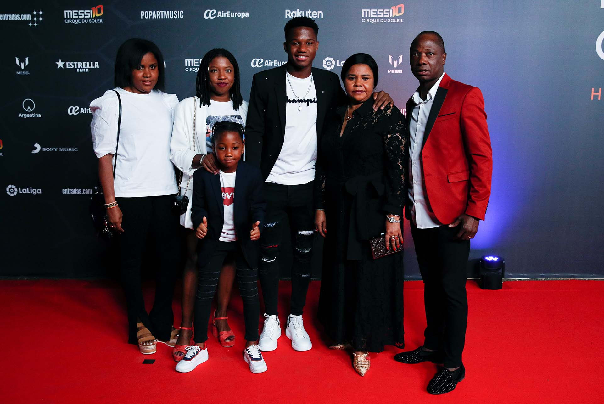 El futbolista Ansu Fati, del Barcelona, junto a su familia en la premiere de