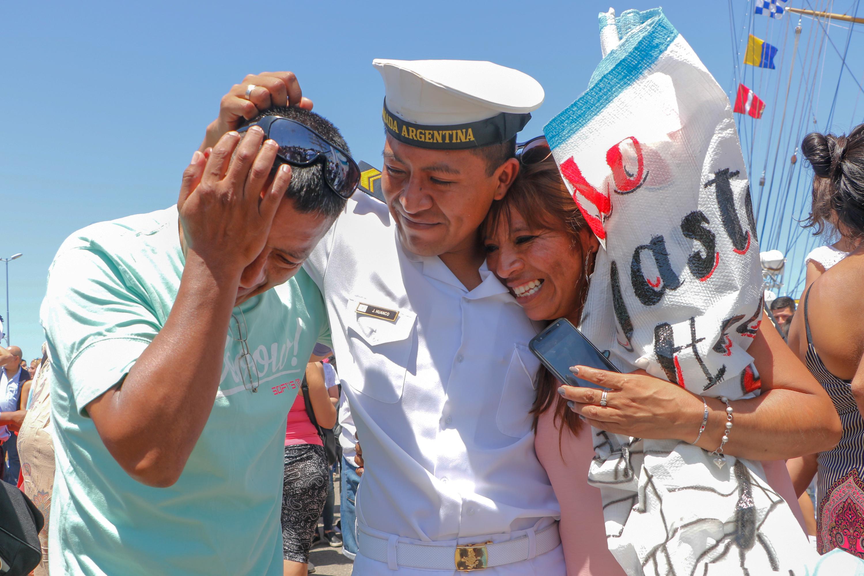 A su llegada, esperaban en la base naval turistas, marplatenses y familiares de la tripulación