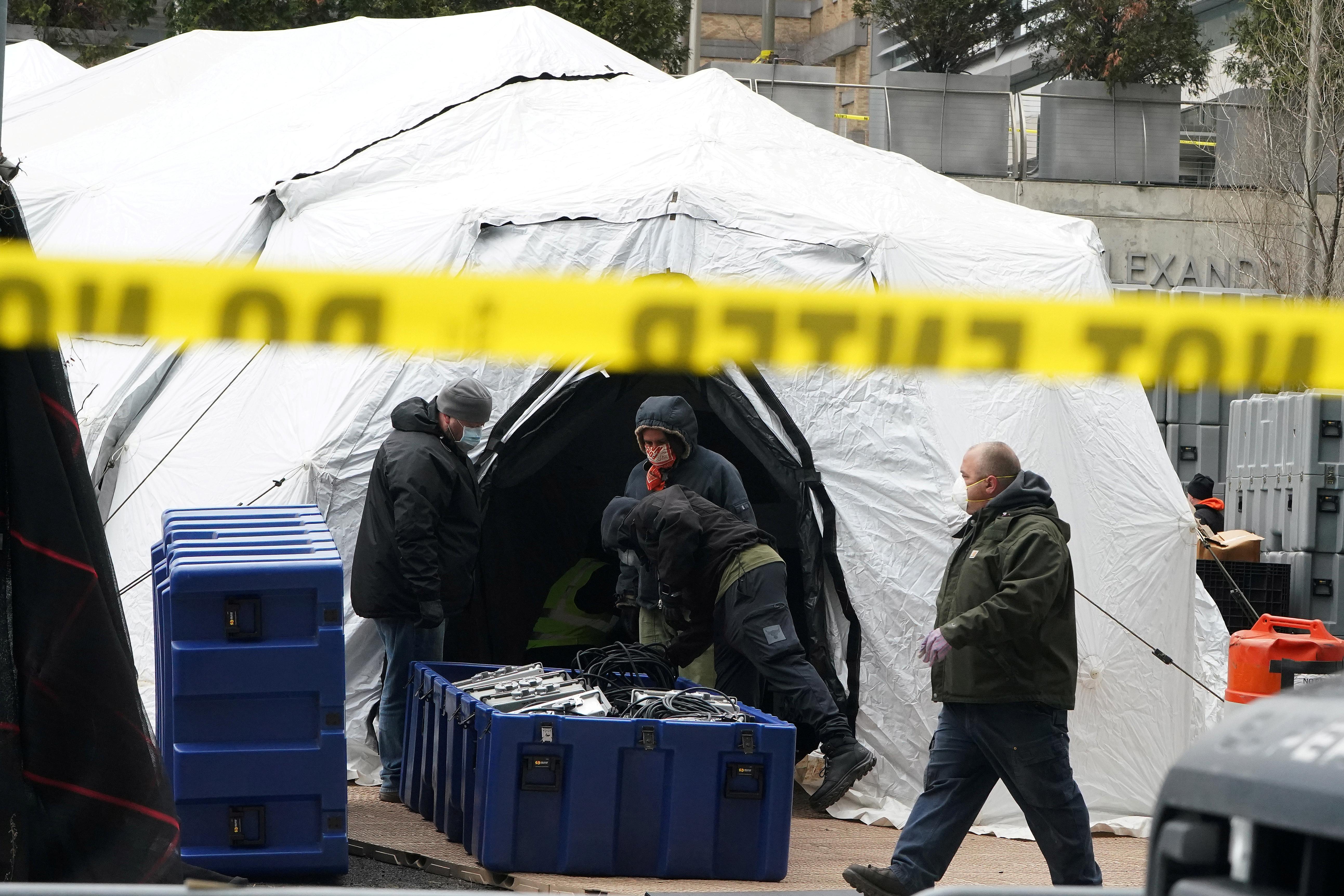 Trabajadores de Nueva York acondicionan carpas (REUTERS/Carlo Allegri)