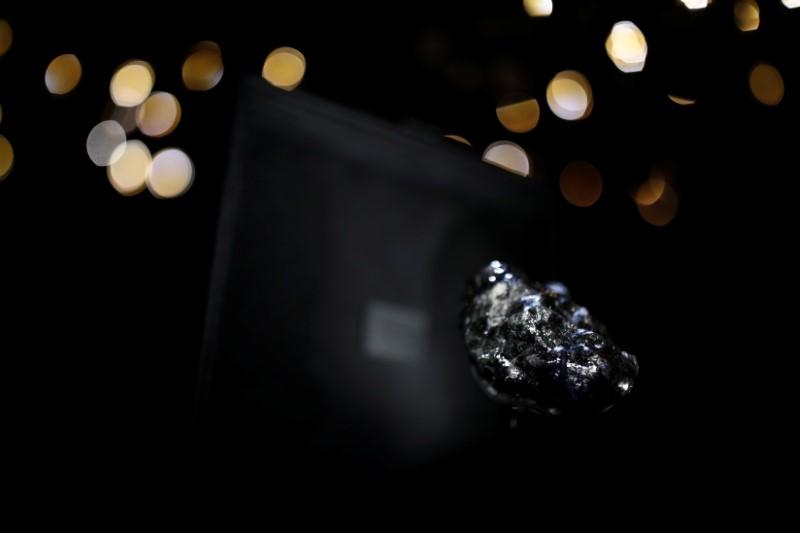 Un trabajador de Louis Vuitton muestra el recientemente comprado