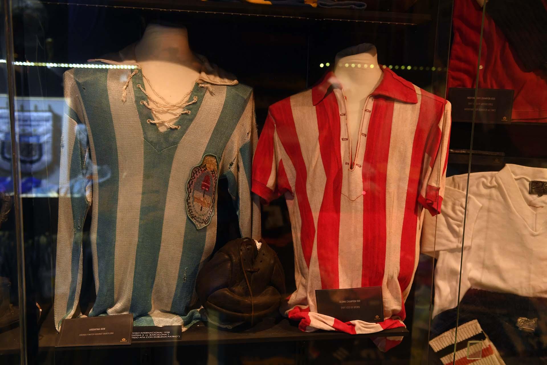 Vidriado con una camiseta de la selección argentina de 1928 y una del Club Alumni de 1901 (Maximiliano Luna)