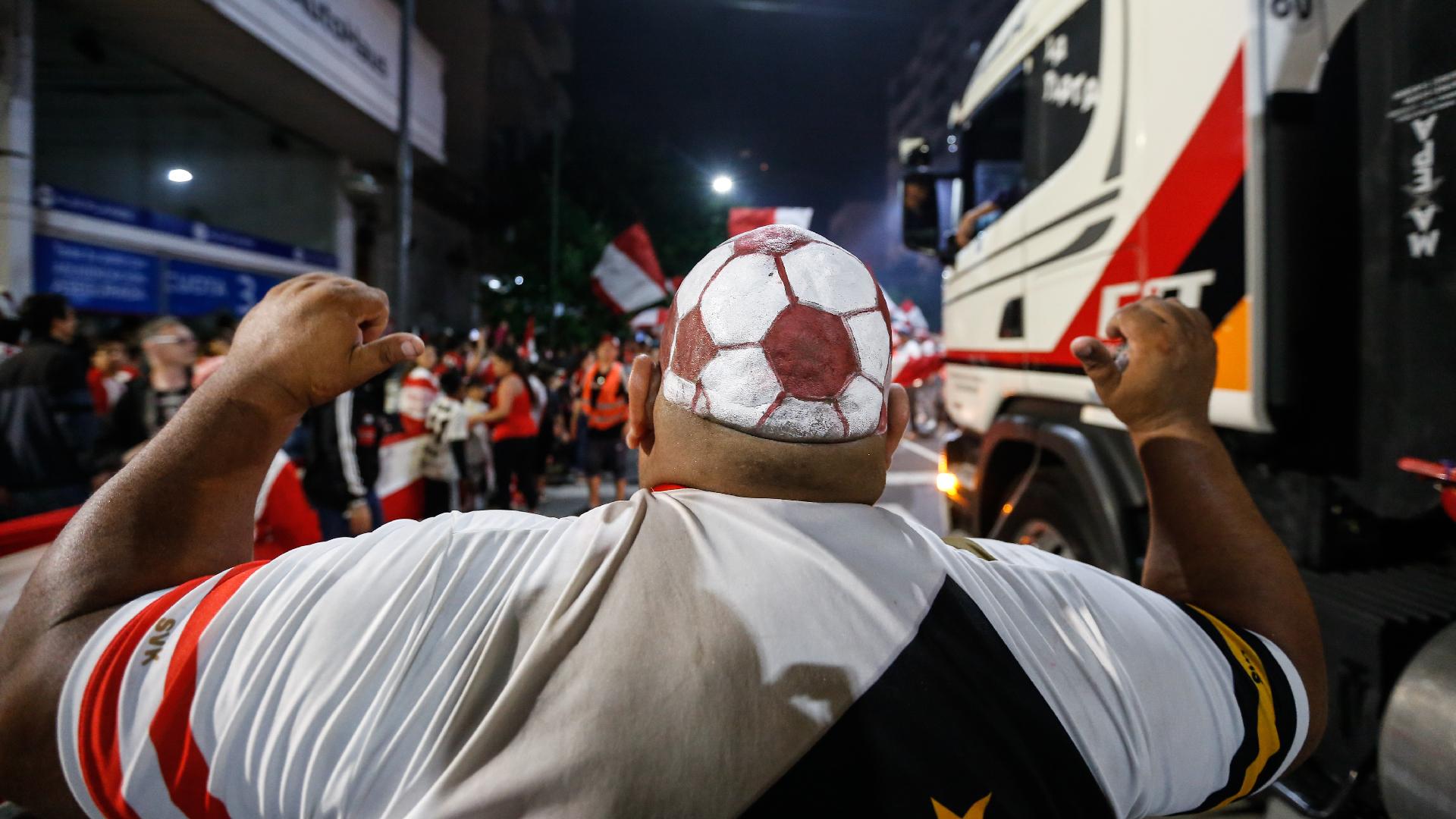 Un hincha se preparó especialmente para disfrutar la vigilia rumbo al nuevo estadio de Estudiantes (Nicolás Aboaf)