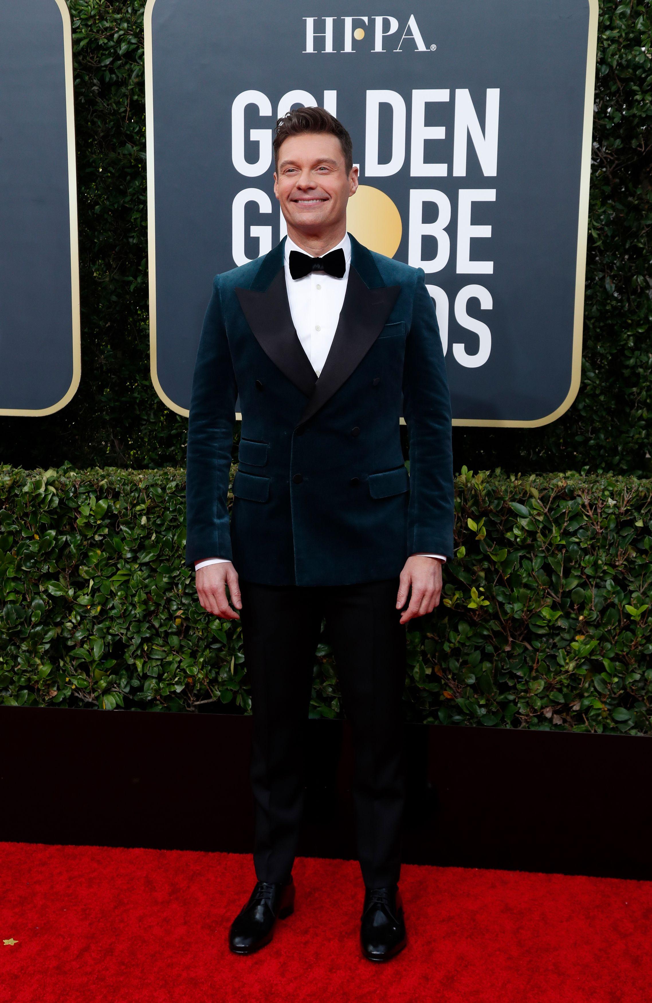 Ryan Seacrest sorprendió en la red carpet de los Golden Globe con un saco de chiffón verde y pantalón negro. Completó su look con camisa blanca abotonada y moño negro