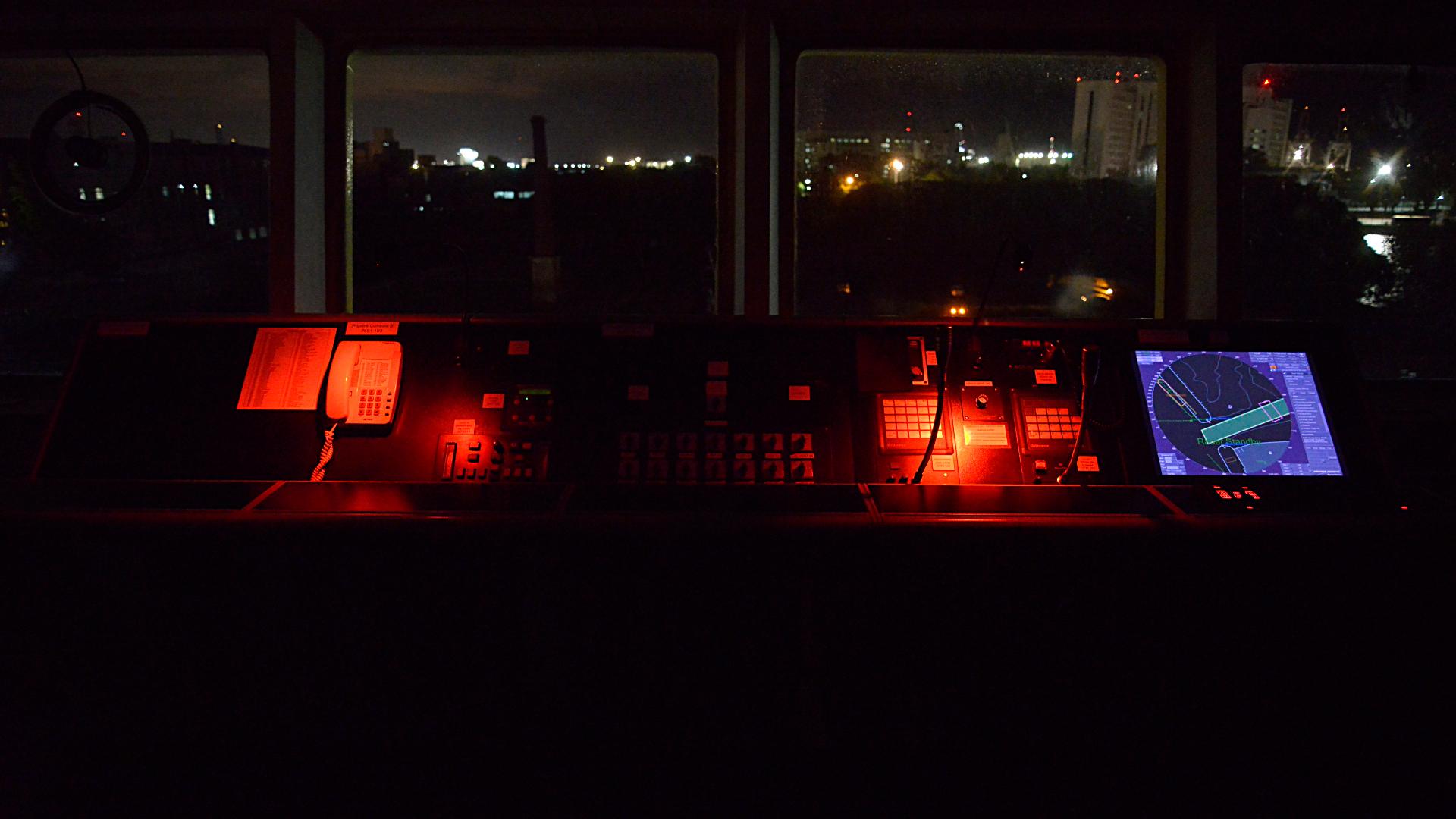 El puente de mando, por la noche