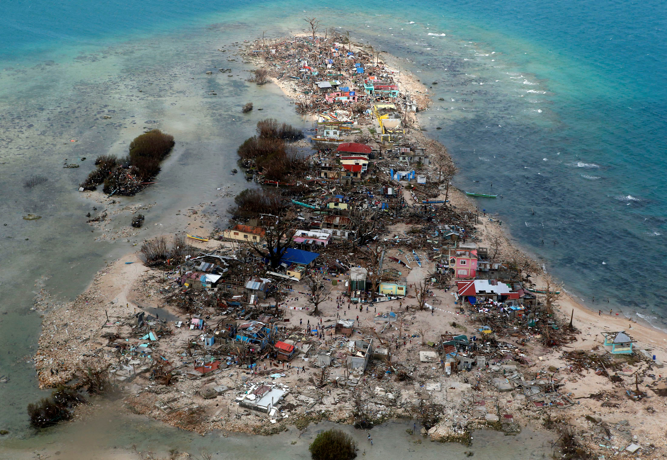 Una vista aérea de una ciudad costera devastada por el súper tifón Haiyan en la provincia de Samar, Filipinas, 11 de noviembre de 2013 (REUTERS/Erik De Castro)