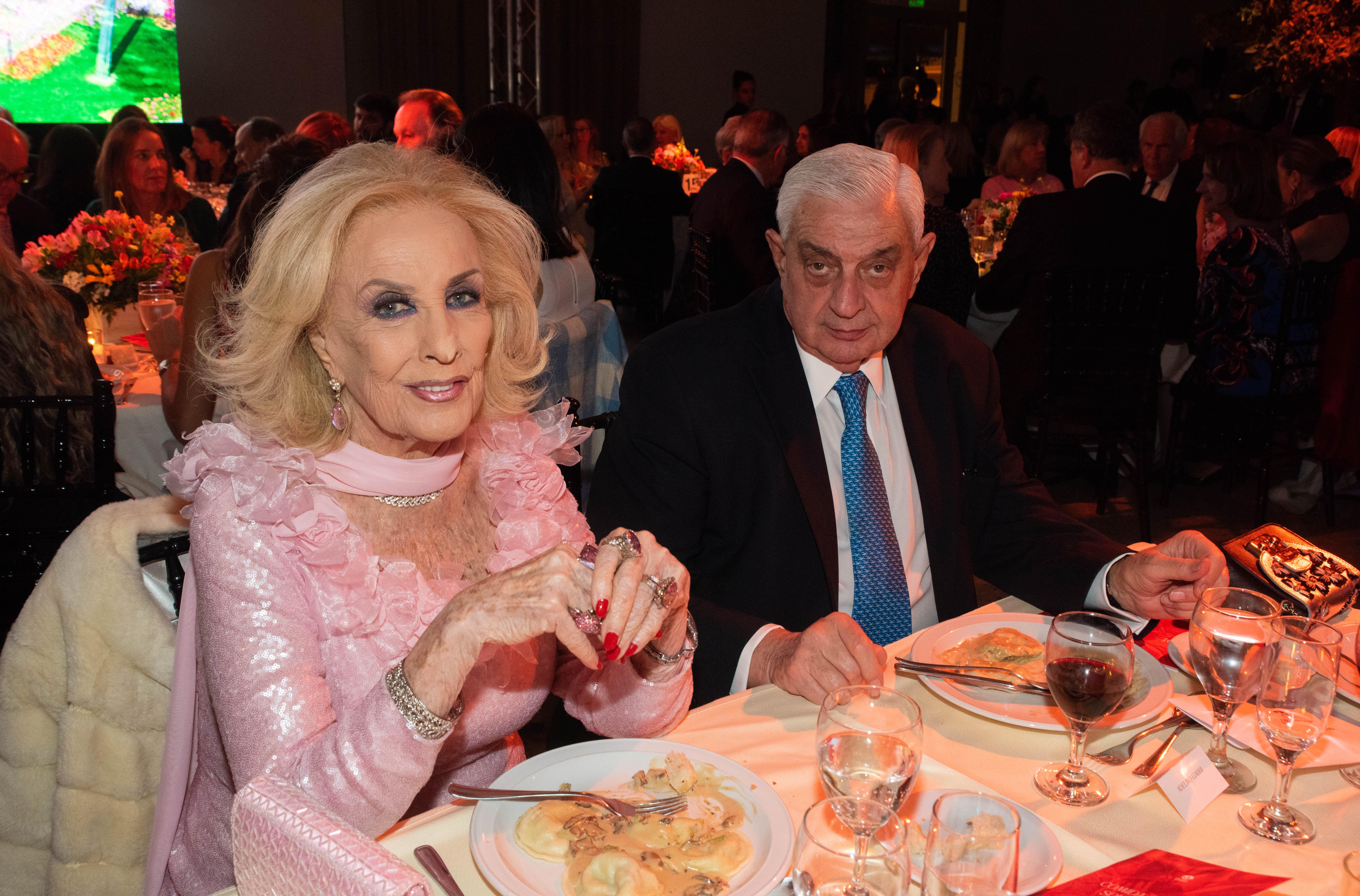 Mirtha Legrand en la mesa principal junto al presidente de la Bolsa de Comercio de Buenos Aires, Adelmo Gabbi, en la Comida Anual Solidaria de COAS