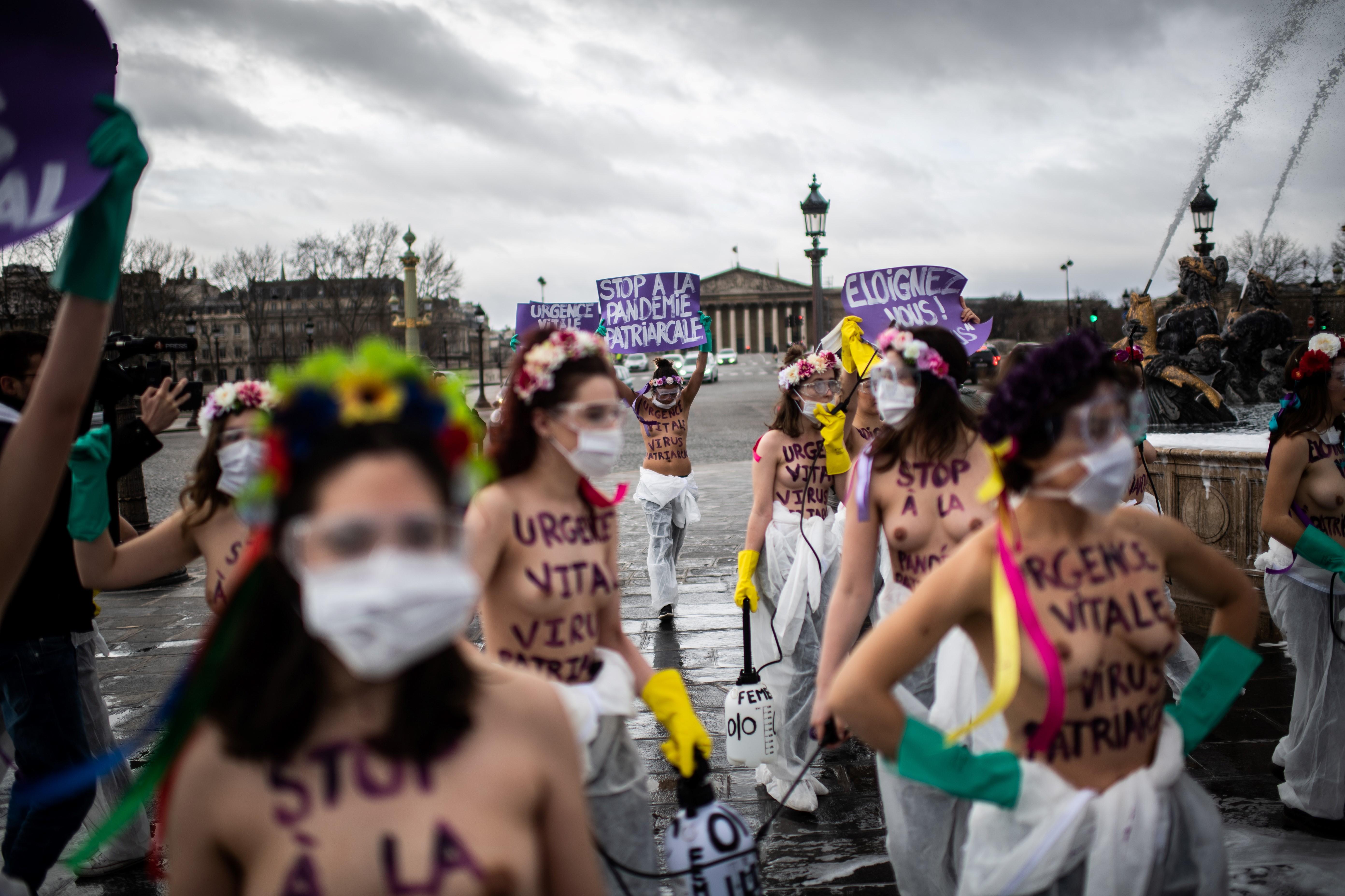Activistas de Femen se manifiestan en la place de la Concorde en París, el 8 de marzo de 2020, para pedir la igualdad de género en el Día Internacional de la Mujer. (Foto por Martin BUREAU / AFP)
