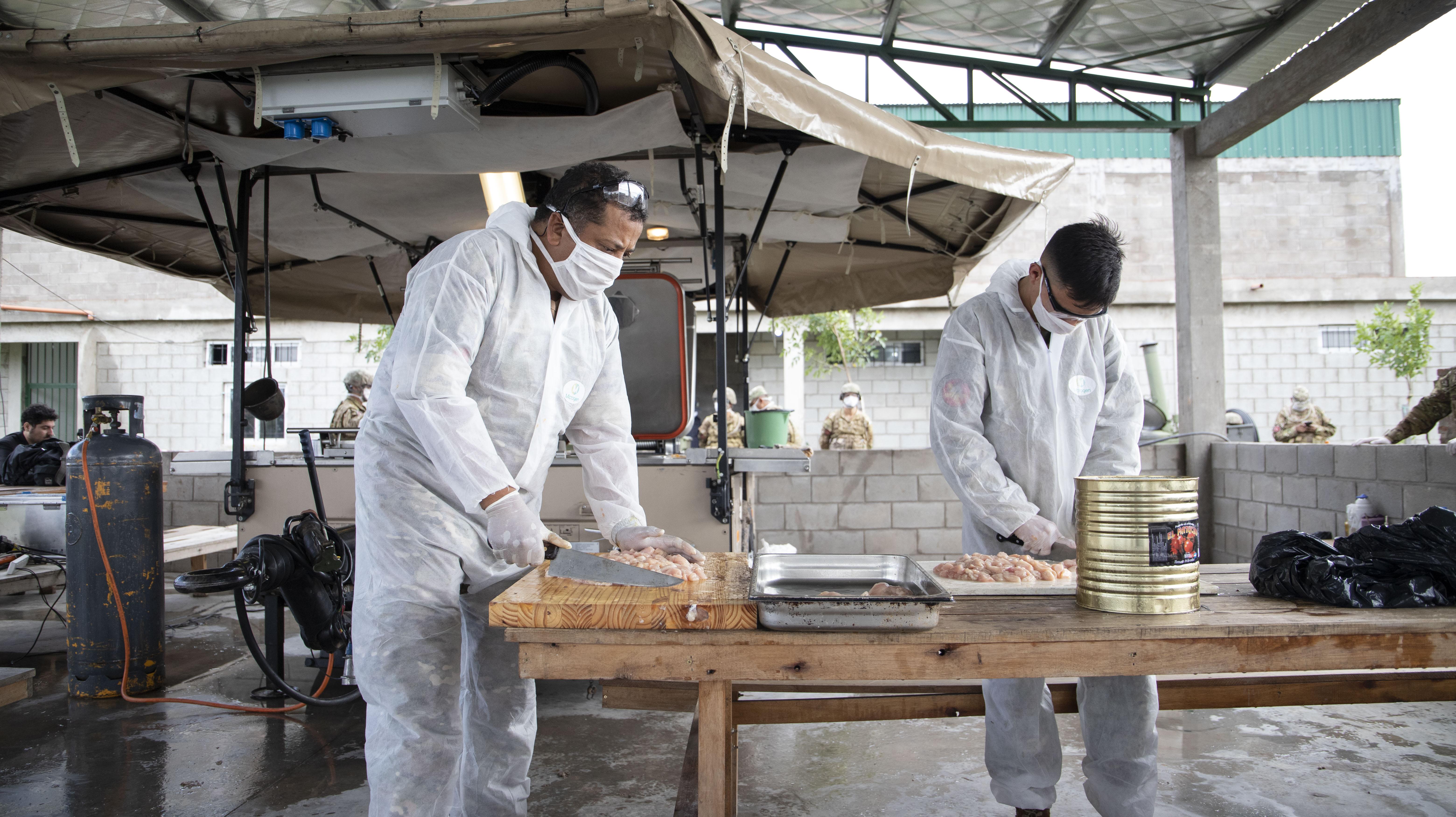 Los cocineros trabajaron con trajes y barbijos especiales para cuidar la higiene