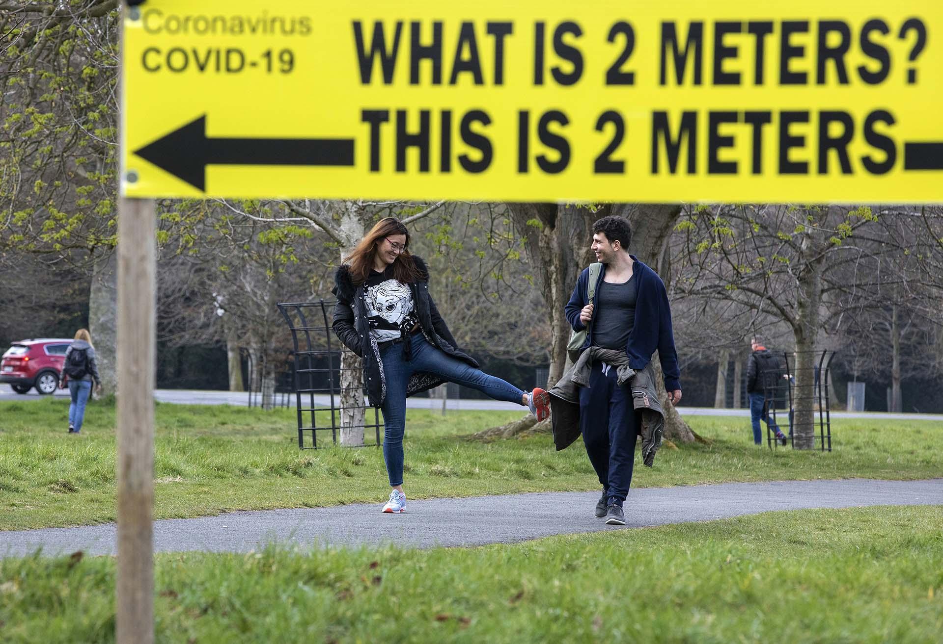 Una leyenda en un parque de Dublin señala las distancia de 2 metros, la zona de seguridad en tiempos de coronavirus,