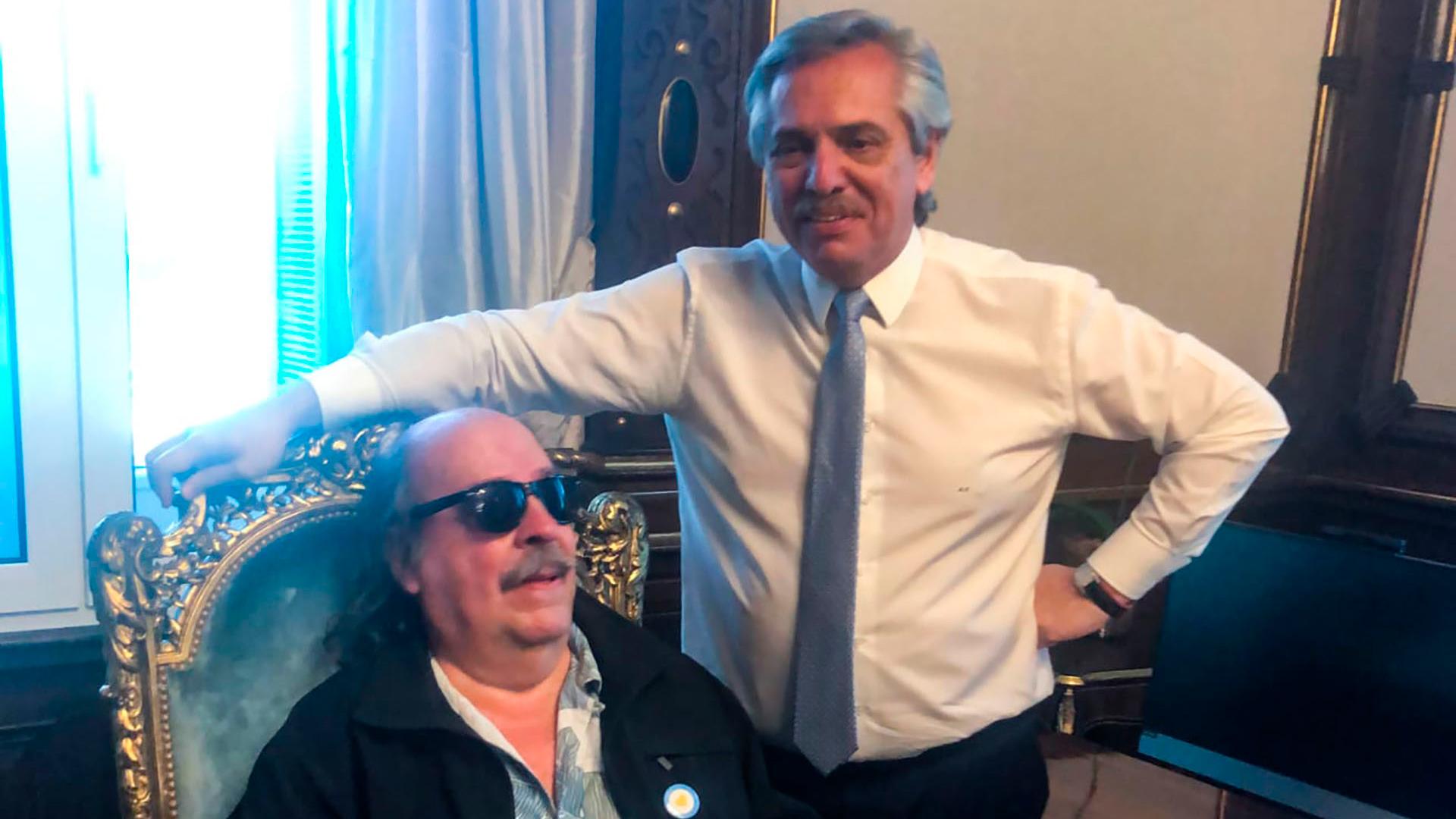 El presidente Alberto Fernández dejó que uno de sus ídolos, el cantante Litto Nebbia, se siente en el sillón presidencial