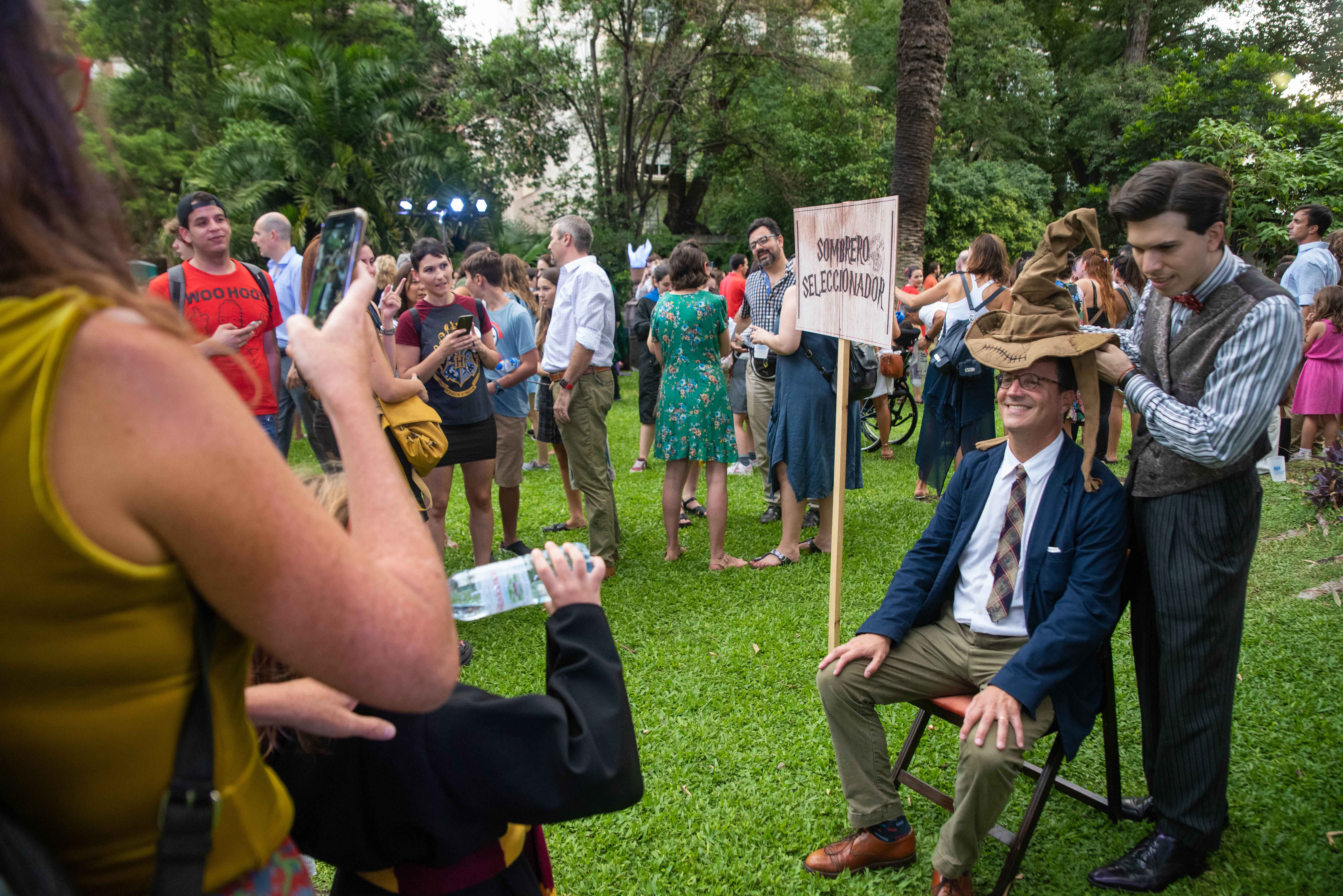 Los fanáticos hicieron largas colas para que el sombrero seleccionador les diga a qué casa pertenecían