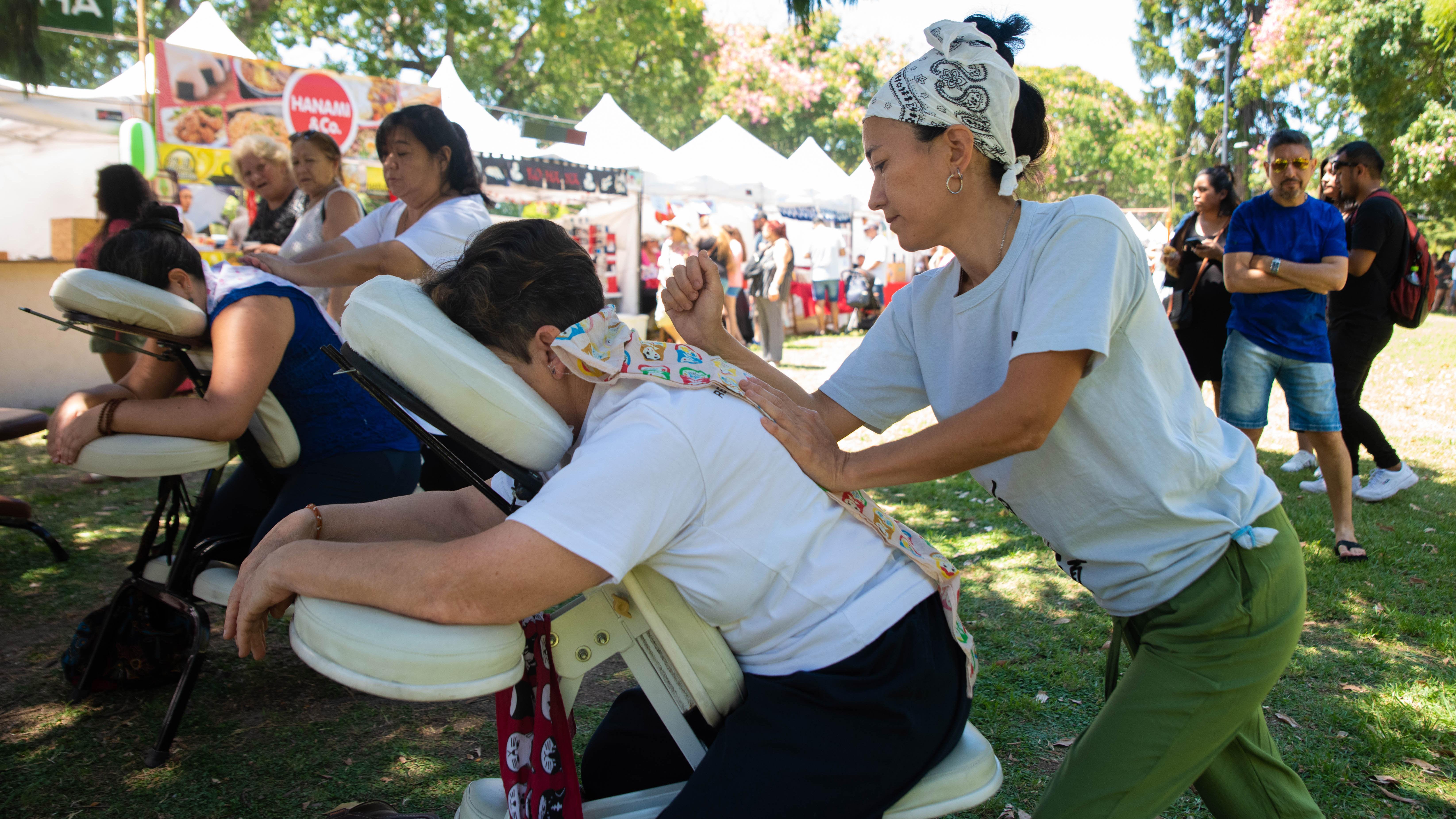En un sector de la plaza se ofrecían masajes.