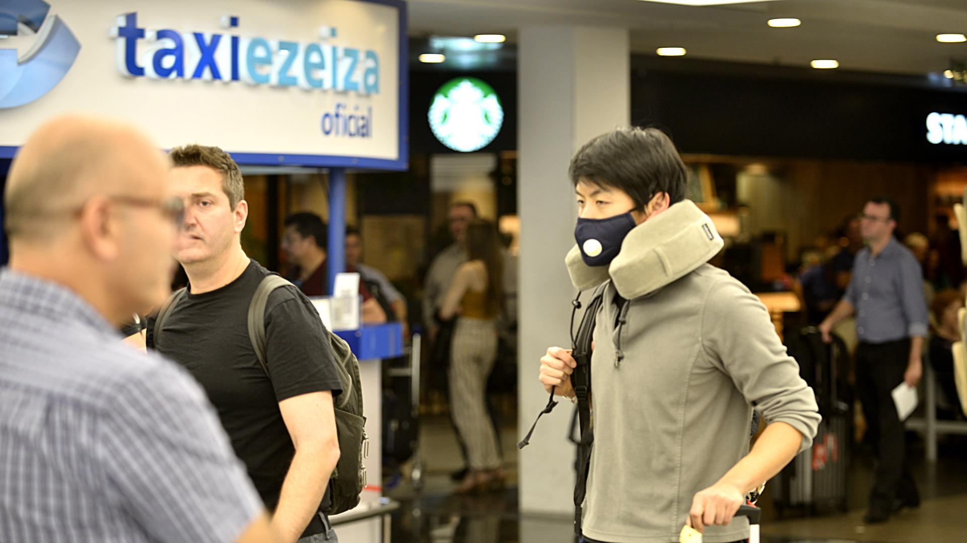 El resto de los pasajeros, en tanto, tuvo que permanecer en sus lugares a la espera de una autorización para descender del avión