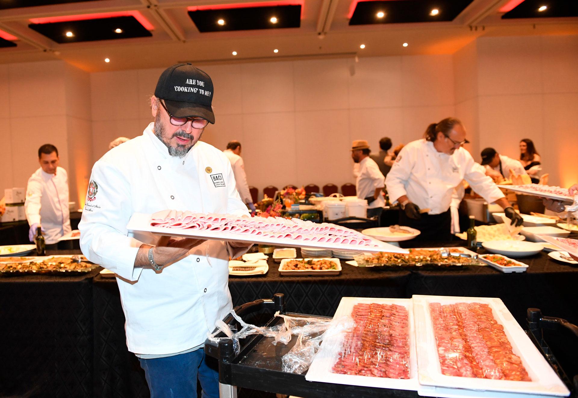 Donato De Santis en plena preparación del banquete