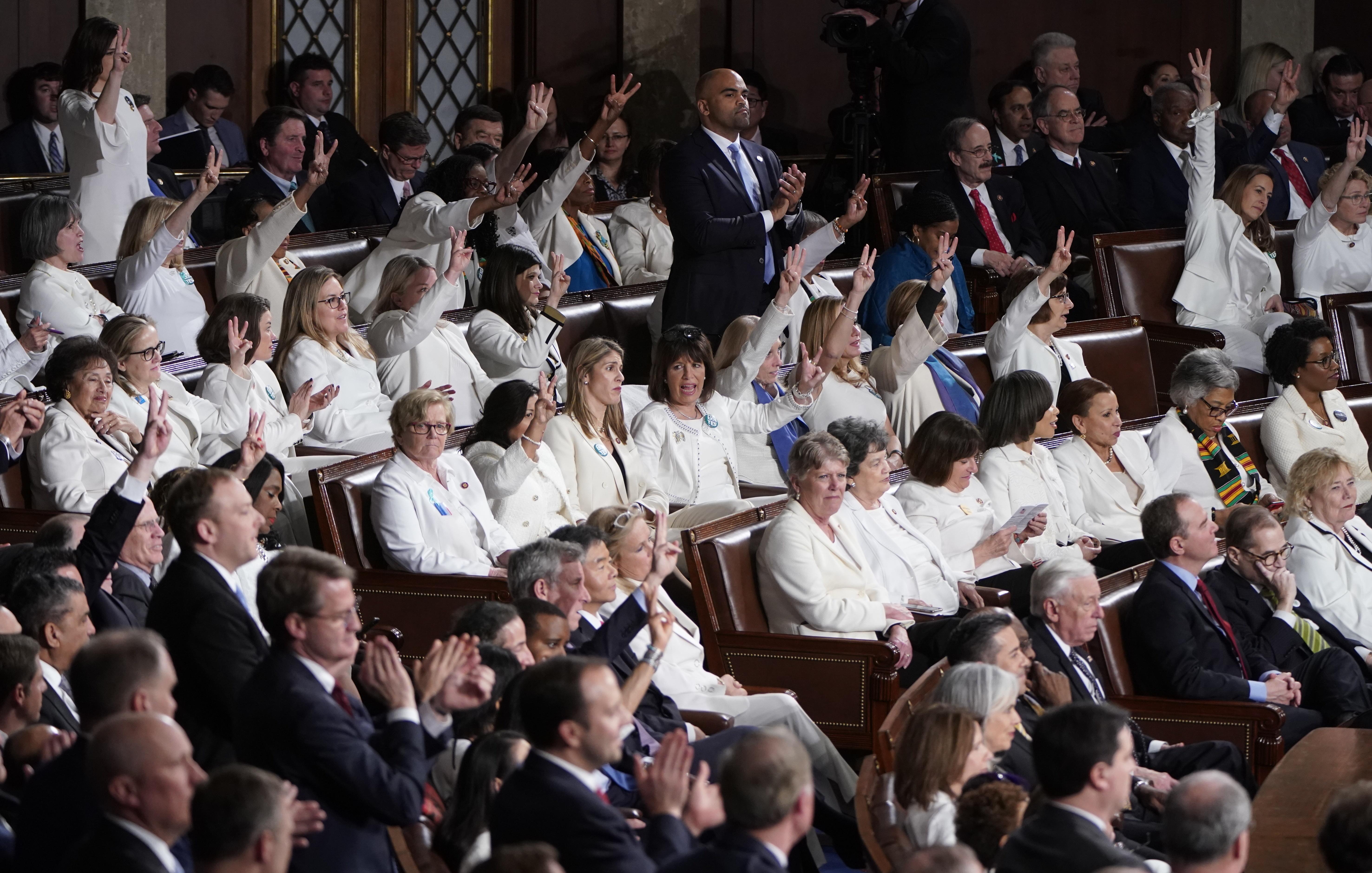 Las progresistas eligieron ir también de blanco, después de que se batiera el récord de mujeres elegidas para la Cámara de Representantes en unos comicios legislativos. REUTERS/Joshua Roberts