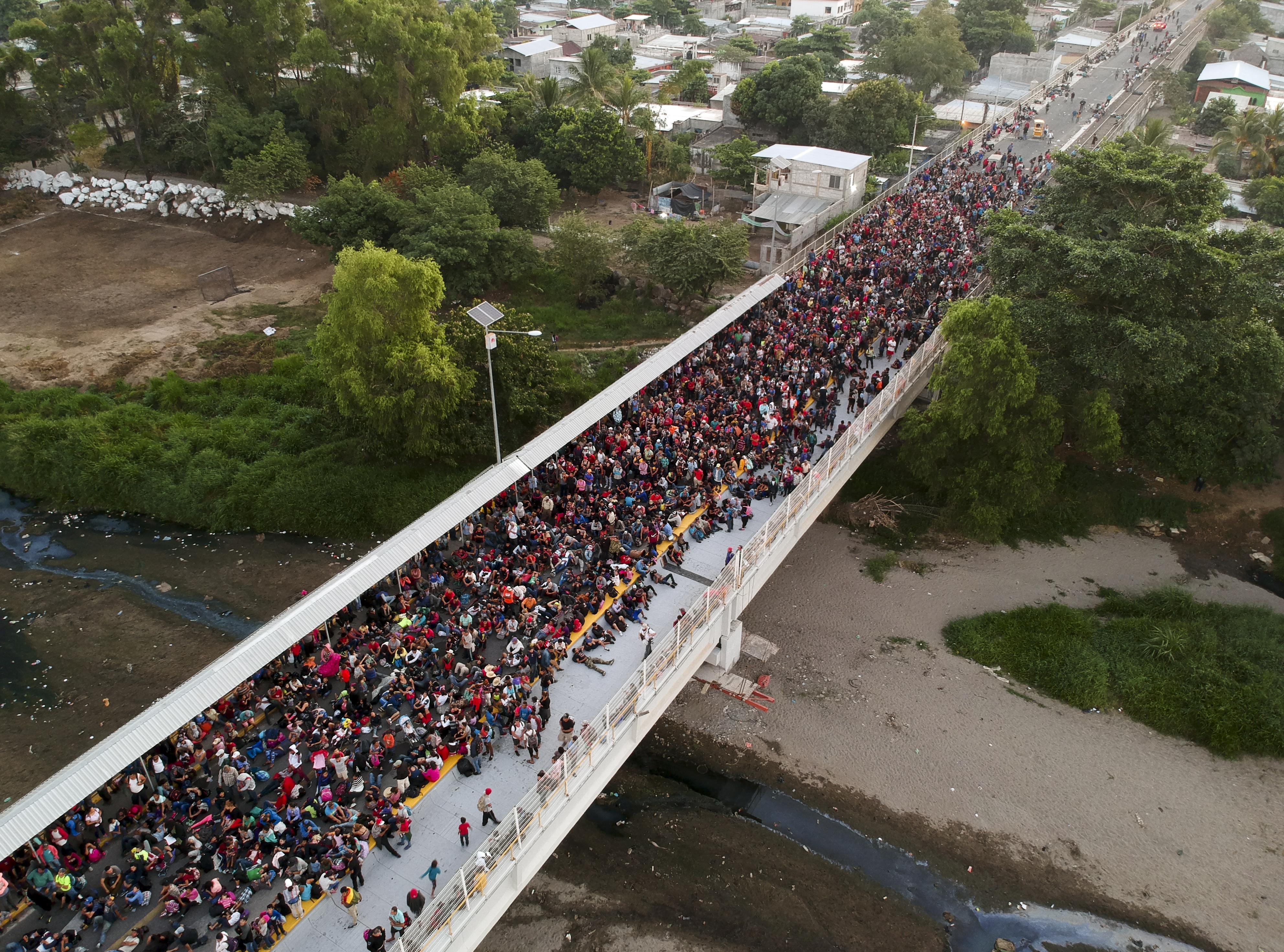 Miles de personas que compone la caravana migrante esperan sobre el puente internacional que divide México y Honduras (Foto: Carlos Alonzo /AFP)
