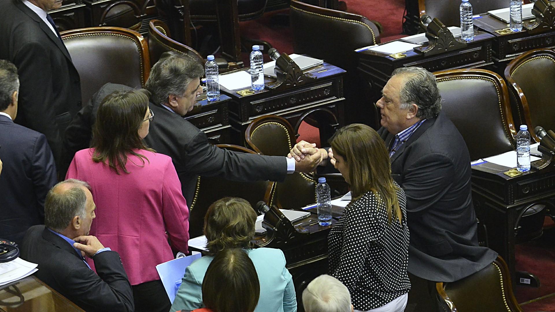 Mario Negri y Eduardo Valdés se estrechan la mano después de discutir por la forma en la que llegó el quórum