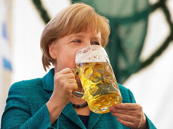 Angela Merkel celebró un discurso tomando cerveza - Infobae