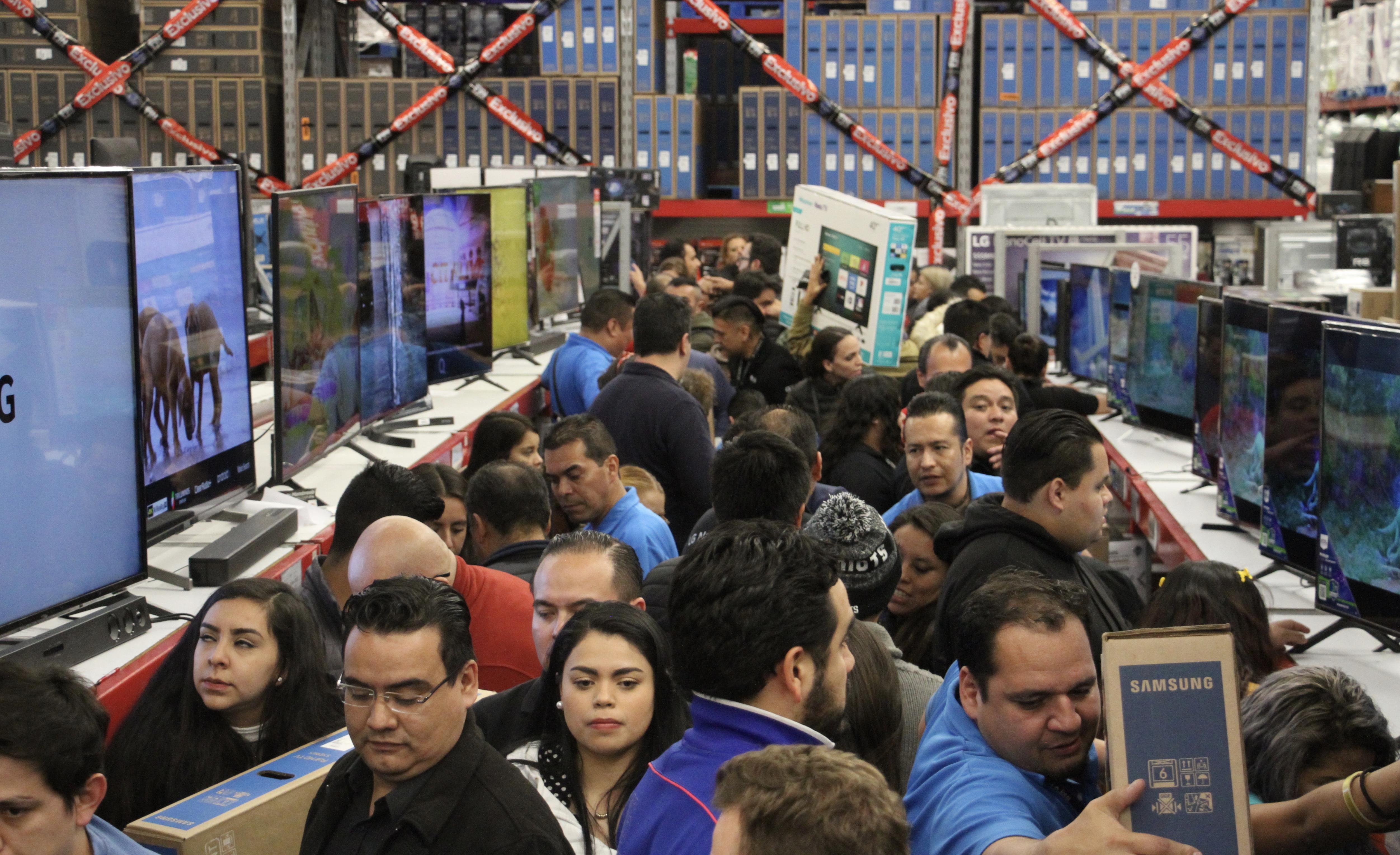 Cientos de personas se han dado cita en las tiendas para aprovechar las ofertas (Foto: Cuartoscuro)