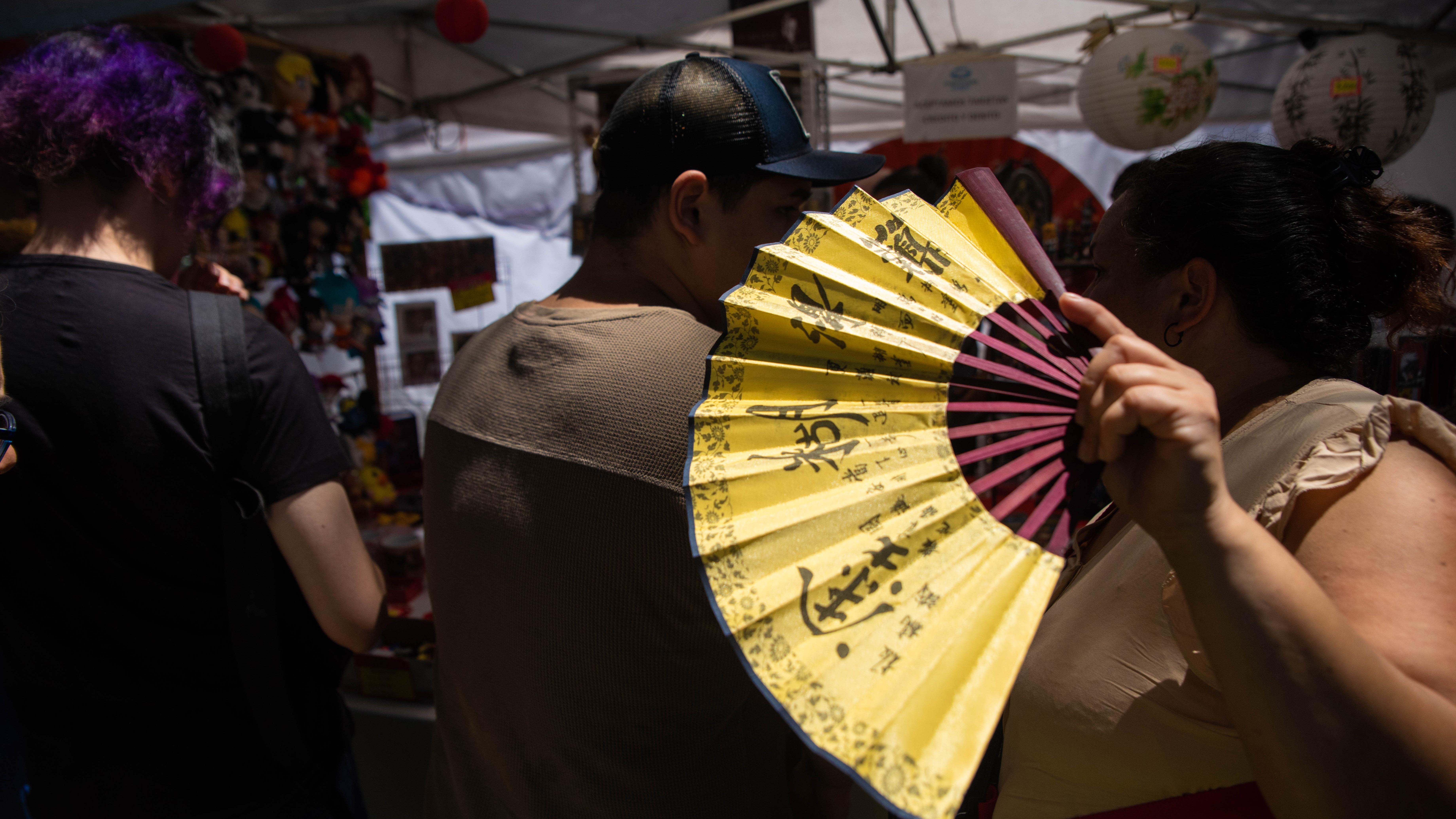 La gente aprovechó para comprar todo tipo de productos de origen chino.