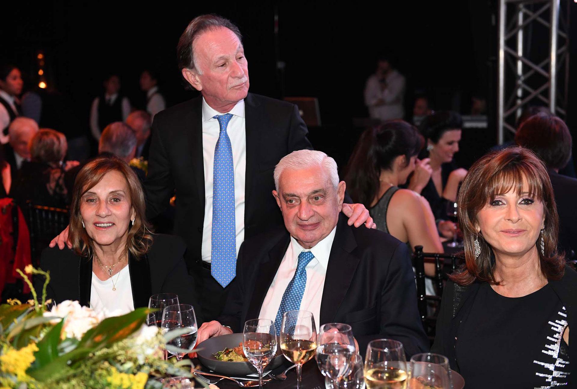 El presidente de la Bolsa de Comercio de Buenos Aires, Adelmo Gabbi y su mujer, junto a Gustavo Weiss y Myriam Levi