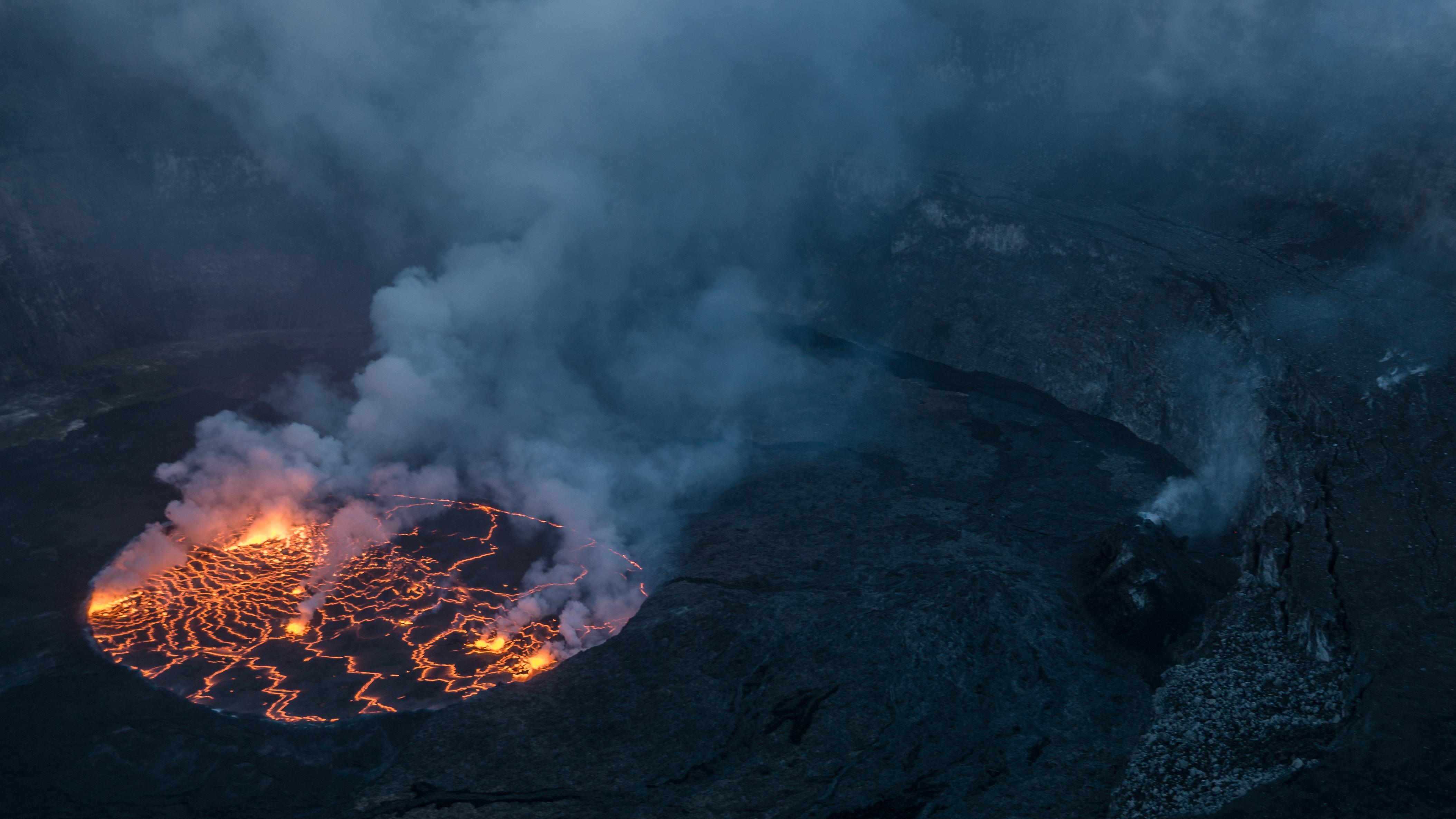 El lago de lava en la cima del monte Nyiragongo