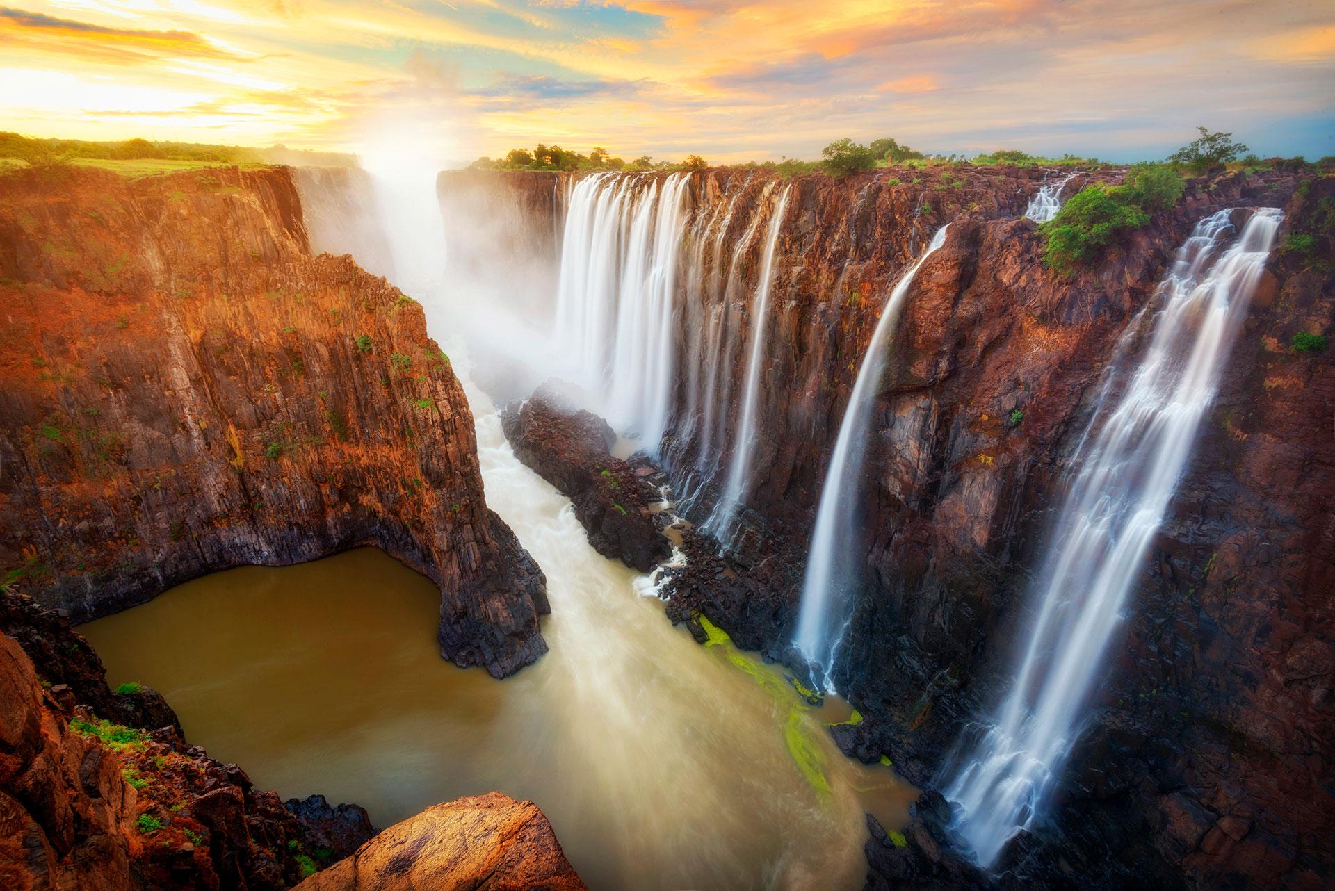 En la frontera de Zambia y Zimbabwe se encuentran las cataratas Victoria, una cascada de 1,7 km de ancho y 108 m de alto, que ha sido llamada