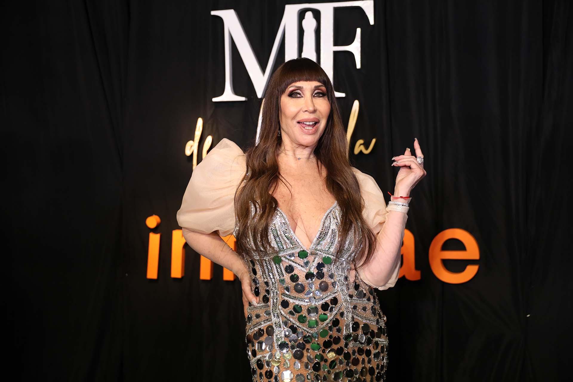 La diva argentina Moria Casán vestida por la diseñadora Maureene Dinar con un vestido de tul elastizado color rosa melón, con pedrería de canutillos (Chule Valerga)