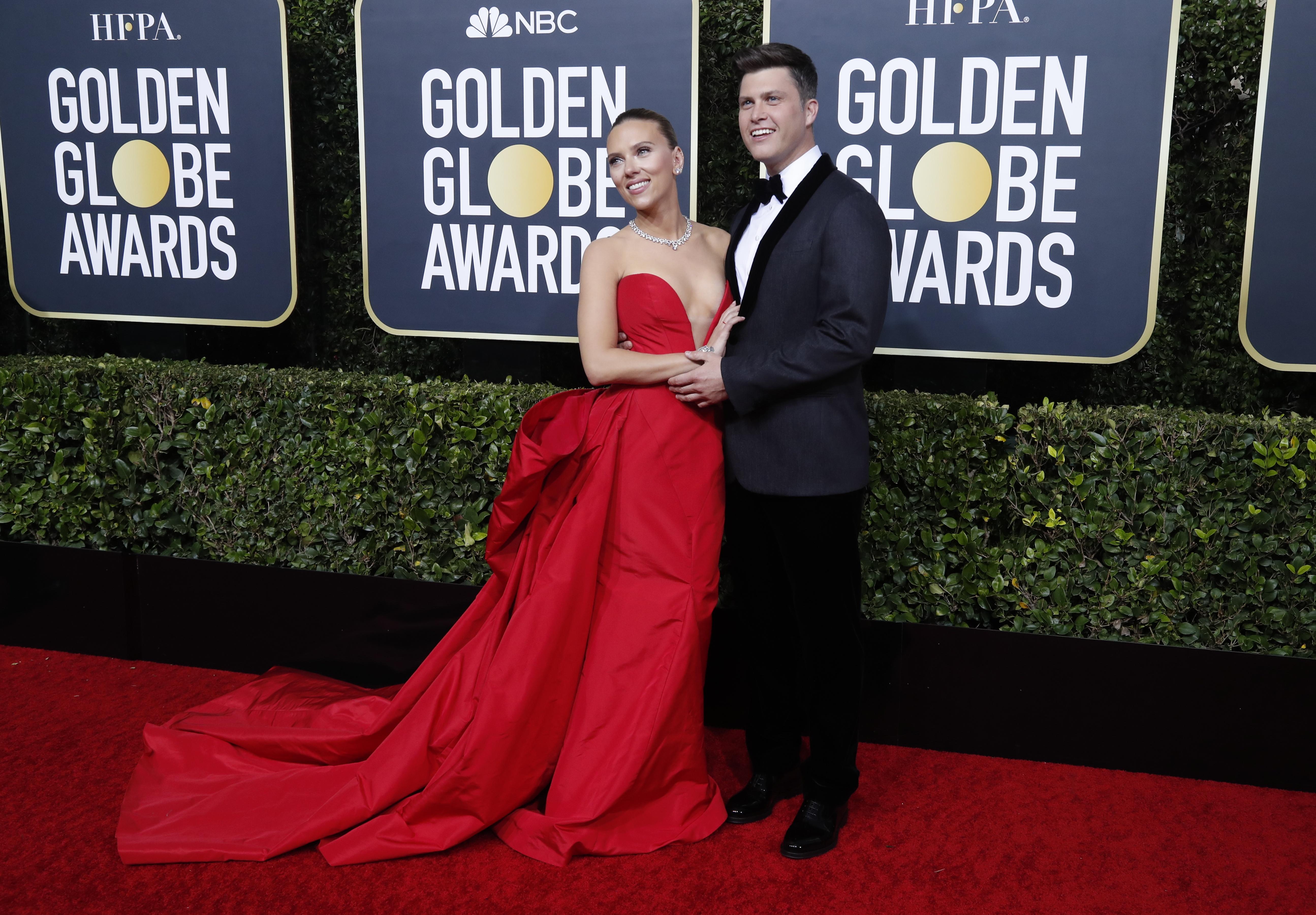 Scarlett Johansson y Colin Jost. Él lució un black tie de saco combinado con chiffón. La actriz optó por un vestido de tafetán rojo sirena con gran escote V y cola. Completó su look con gargantilla de brillantes y pequeños aros
