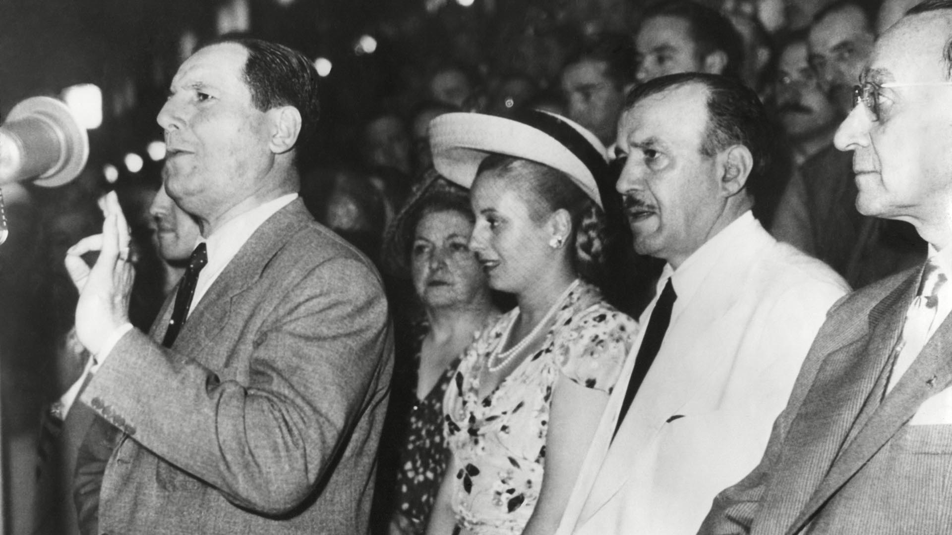 Eva muy cerca de Perón durante un discurso en una asamblea (Everett/Shutterstock )
