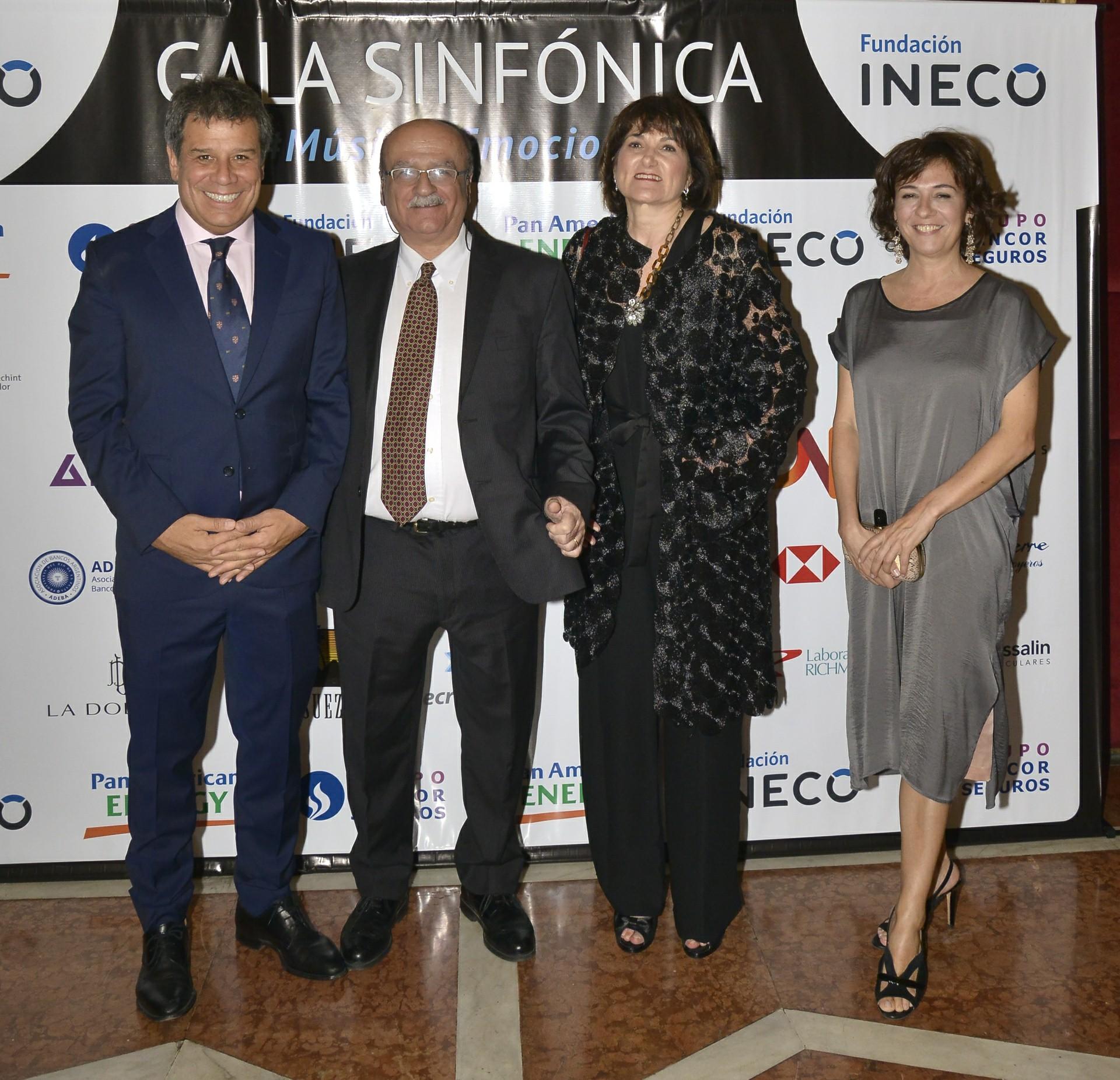Facundo y Josefina Manes junto a José Bueri, jefe de Neurología del Hospital Universitario Austral