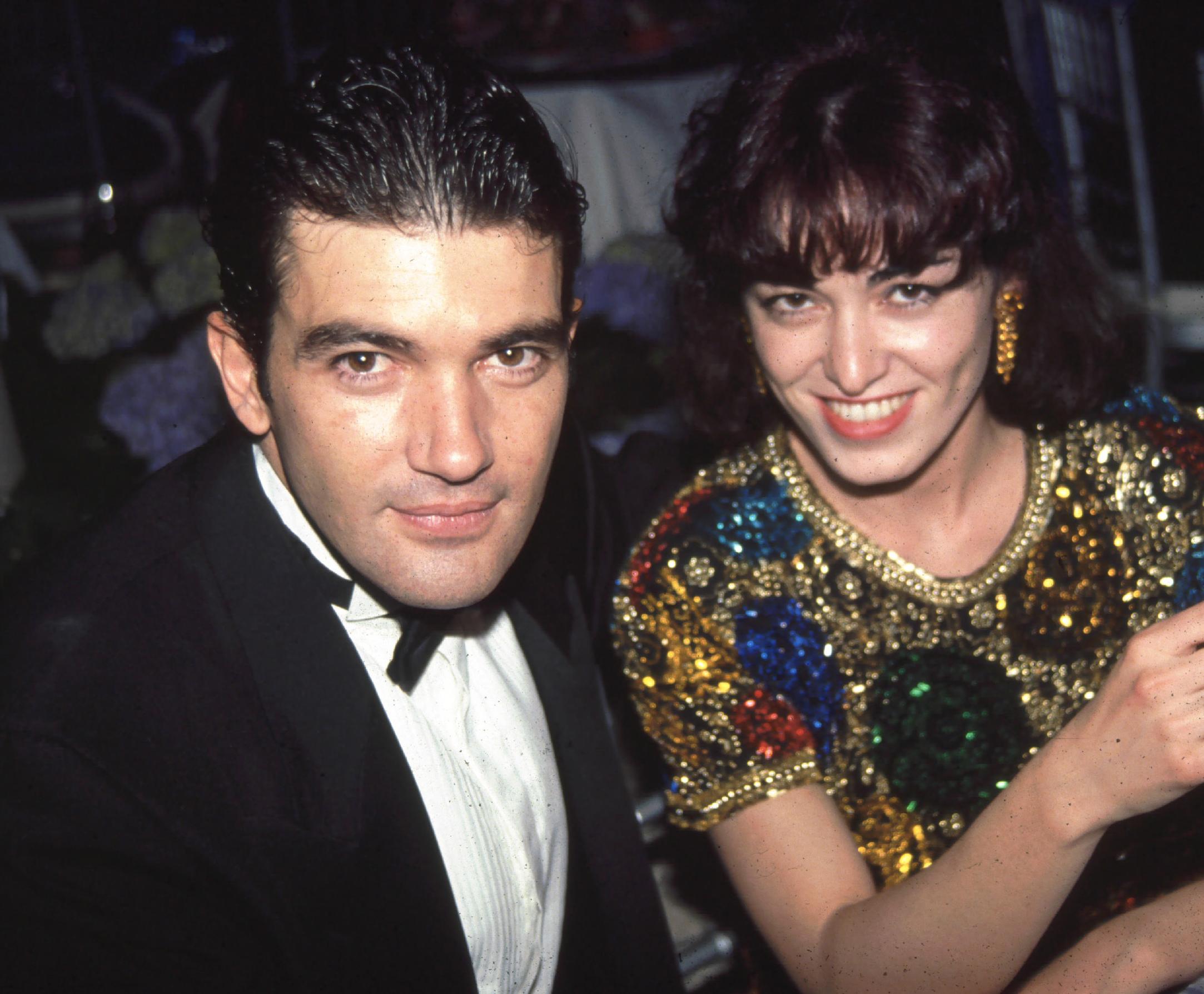 Antonio Banderas con su primera esposa, la actriz Ana Leza, en los premios Oscar de 1992. El español va por el primer Oscar de su carrera tras su gran trabajo en