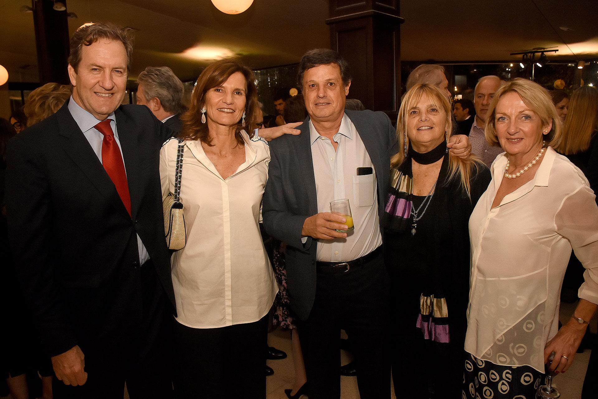 Sebastián y Laurenne Gurmendi; Mariano Grondona (h) y Paula Correa; y Katrina Gibb Stuart