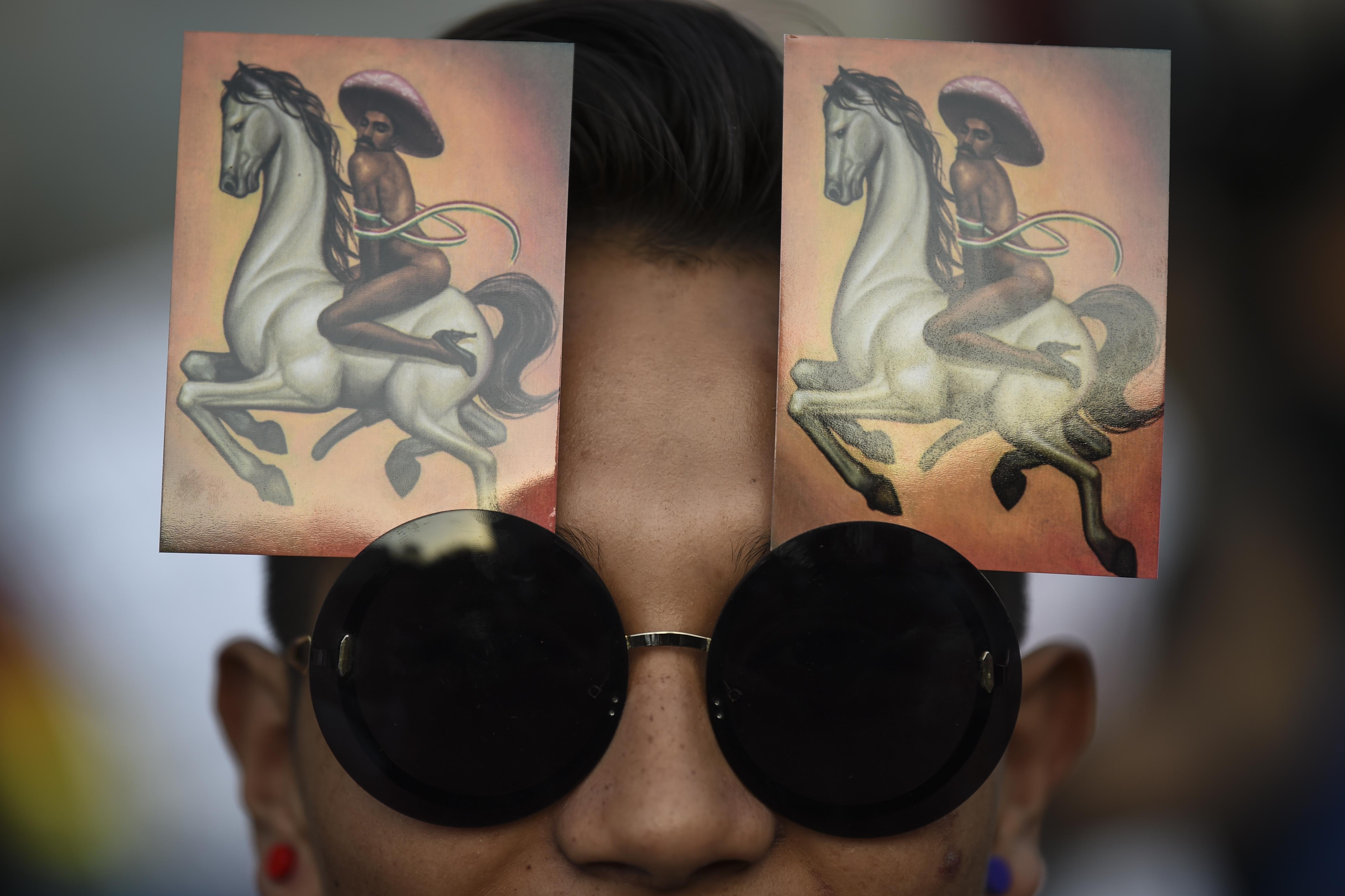 """La obra """"La Revolución"""" causo controversia por presentar una imagen feminizada del líder revolucionario (Foto: Pedro Pardo/ AFP)"""