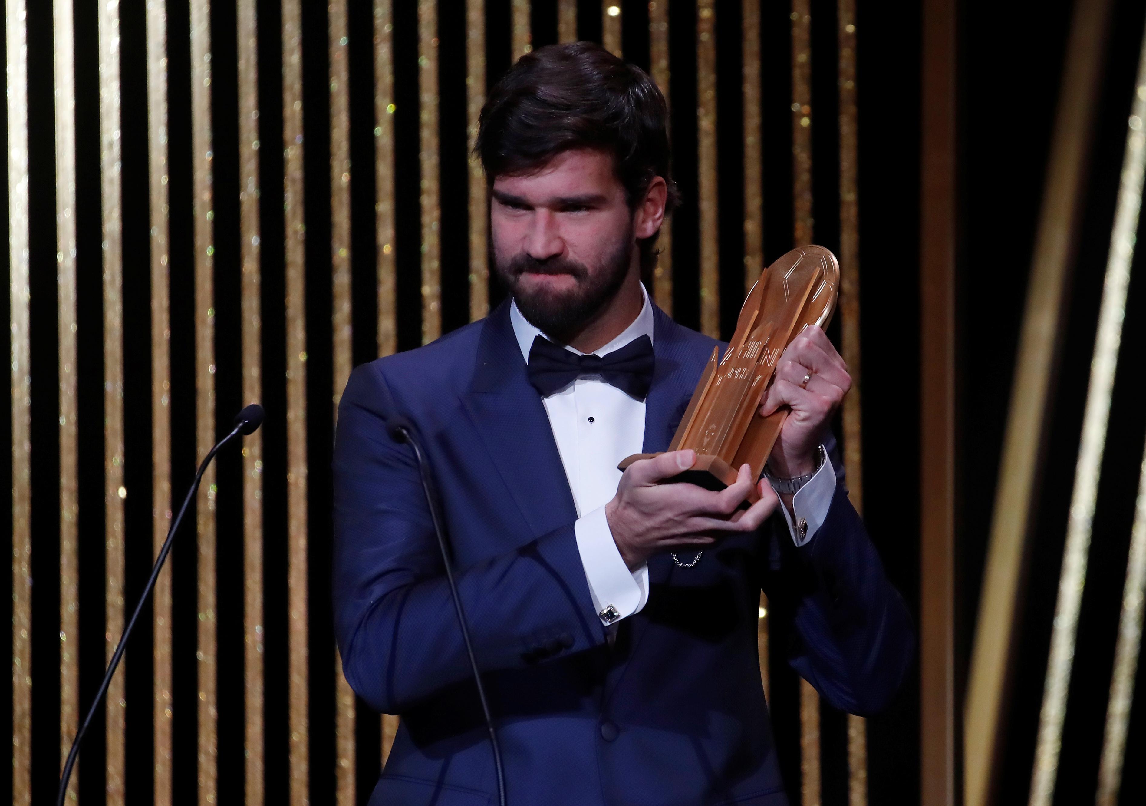 Alisson Becker del Liverpool recibió el Trofeo Yashina a mejor arquero (Reuters/ Christian Hartmann)