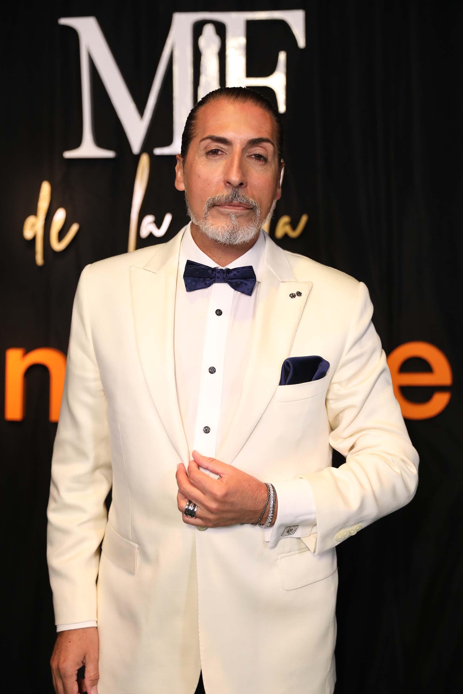 César Juricich nominado a mejor crítico de moda y a mejor panelista masculino, con un smoking de saco blanco impoluto pantalones de vestir negros