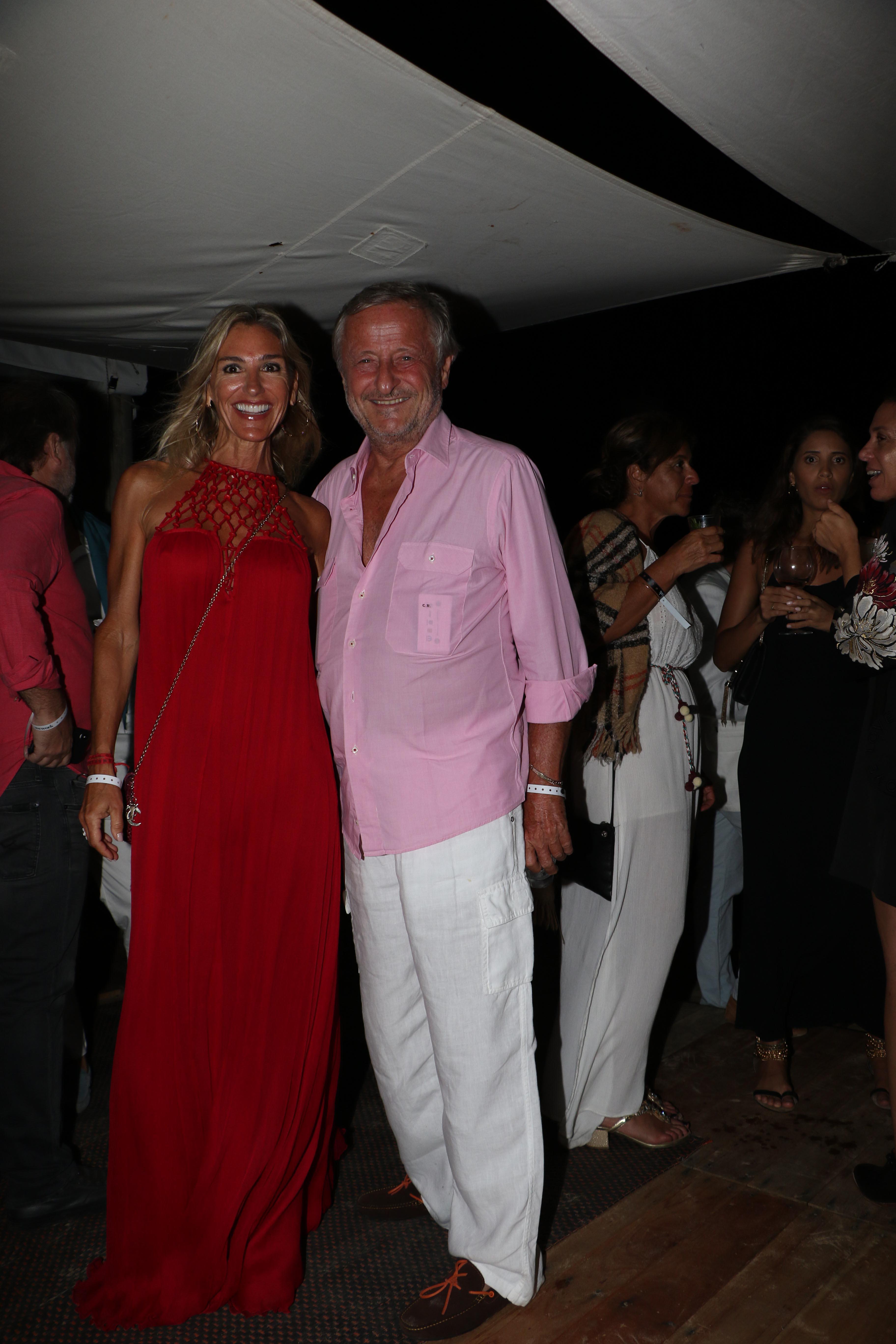 Cristiano Rattazzi con camisa rosa y pantalón blanco