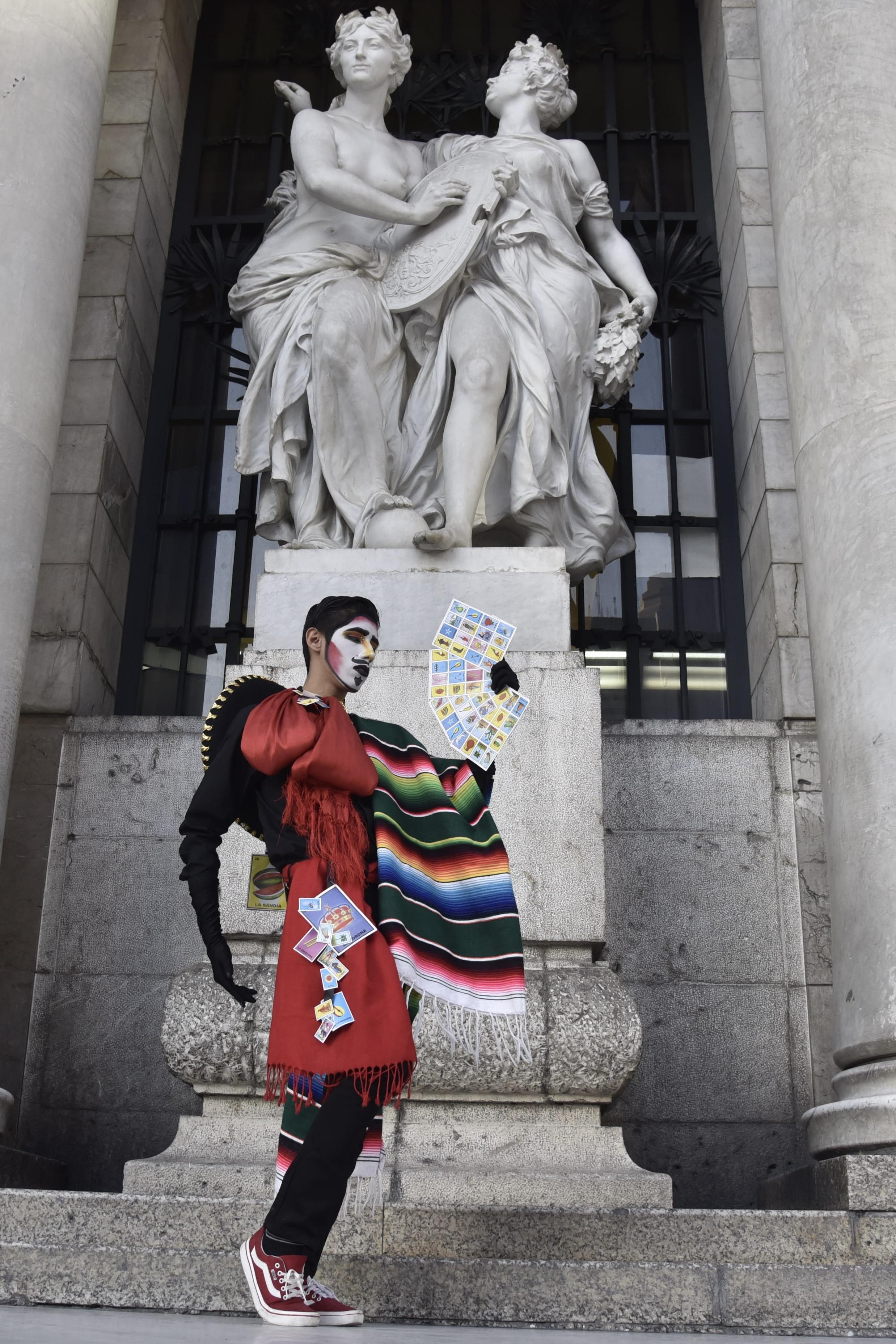 Manifestante caracterizado como Zapata posa a las afueras de Pació de Bellas Artes (Foto: Mario Jasso/Cuartoscuro)