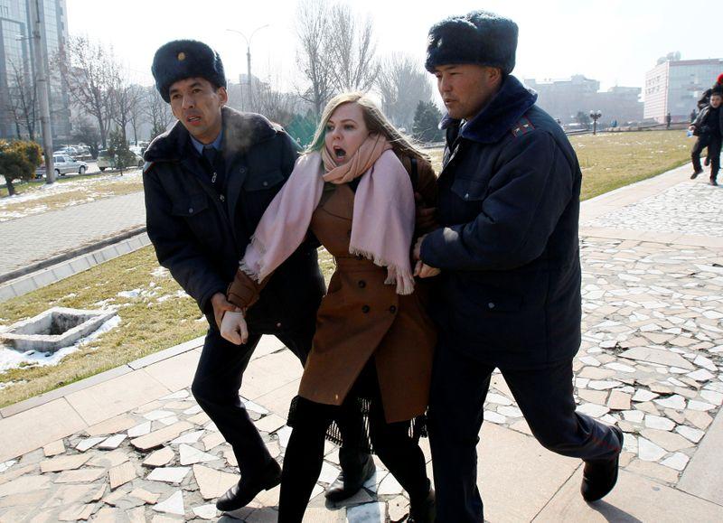 Agentes del orden público de Kirguistán detienen a una activista por los derechos de la mujer durante una manifestación en el Día Internacional de la Mujer en Biskek, Kirguistán, el 8 de marzo de 2020. REUTERS/Vladimir Pirogov