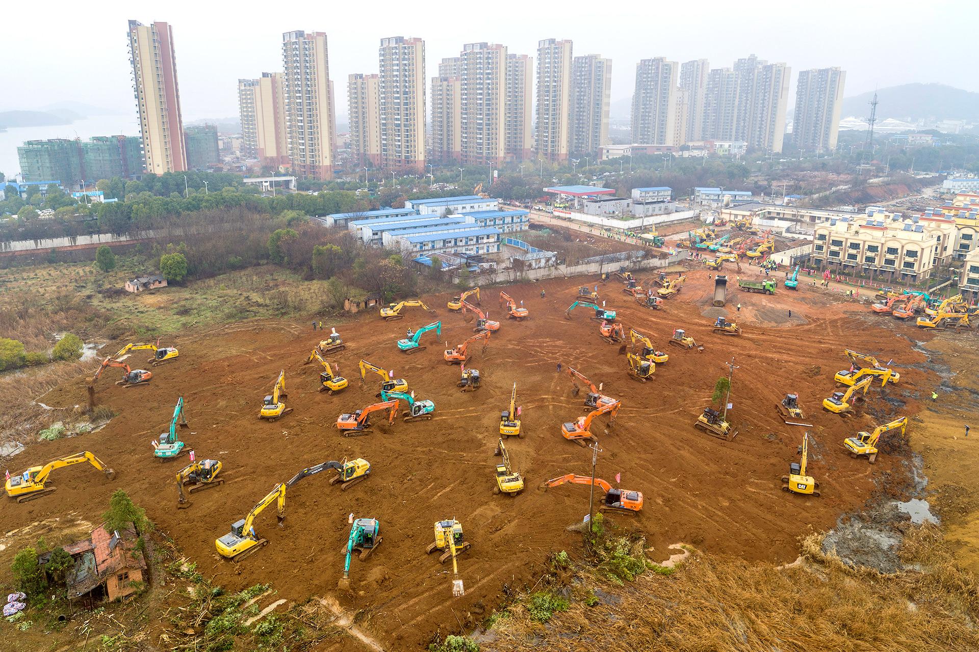 Esta fotografía aérea del 24 de enero de 2020 muestra excavadoras en el sitio de construcción de un nuevo hospital que se está construyendo para tratar a pacientes de un brote de virus mortal en Wuhan, en la provincia central de Hubei en China (STR / AFP)