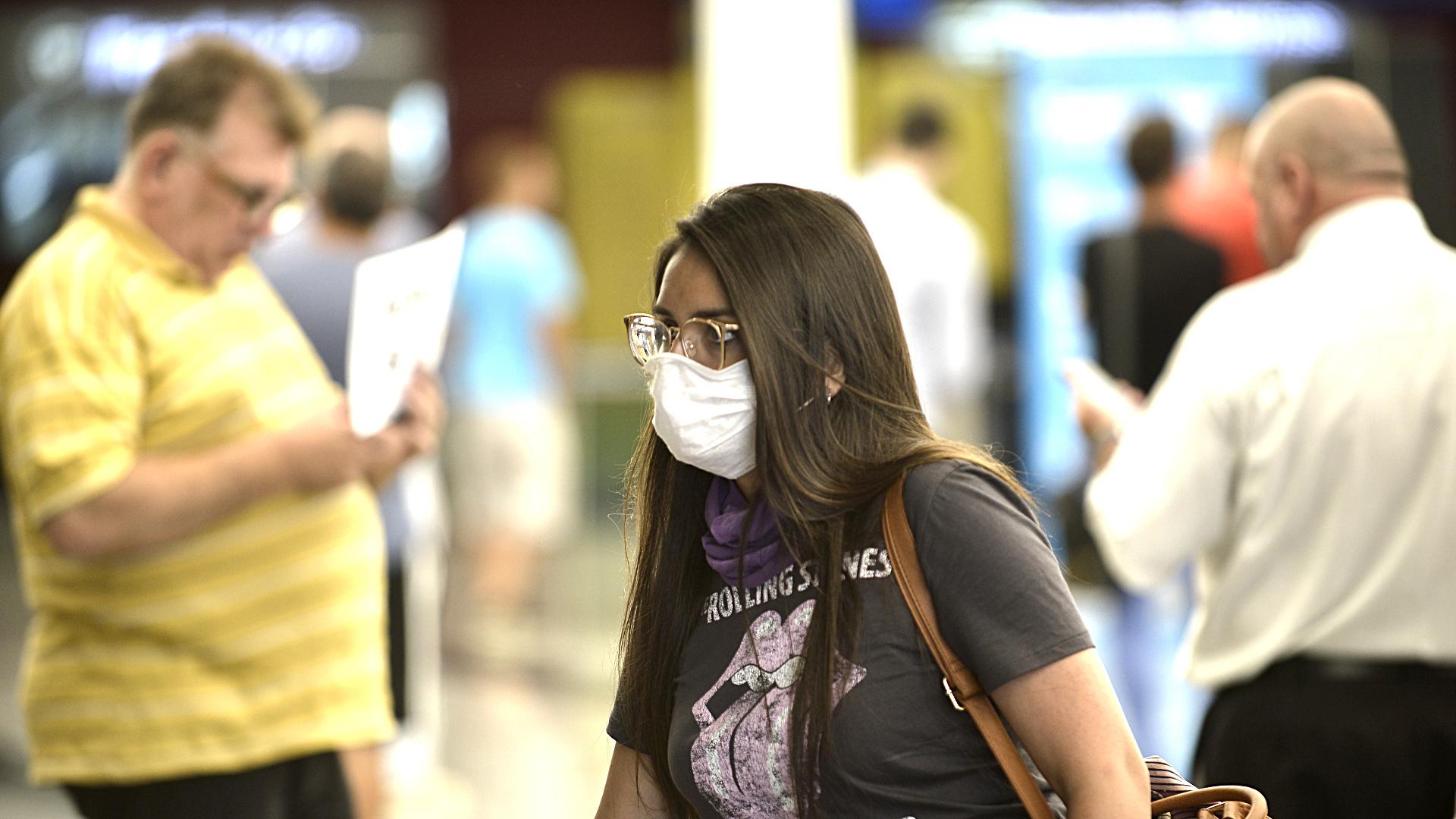 A medida que el nuevo coronavirus se propaga desde China, las pautas de viaje emitidas por los gobiernos de todo el mundo expresan notas de creciente precaución. Con pocas excepciones, el consejo predominante de las autoridades nacionales es evitar la provincia de Hubei, epicentro de un brote