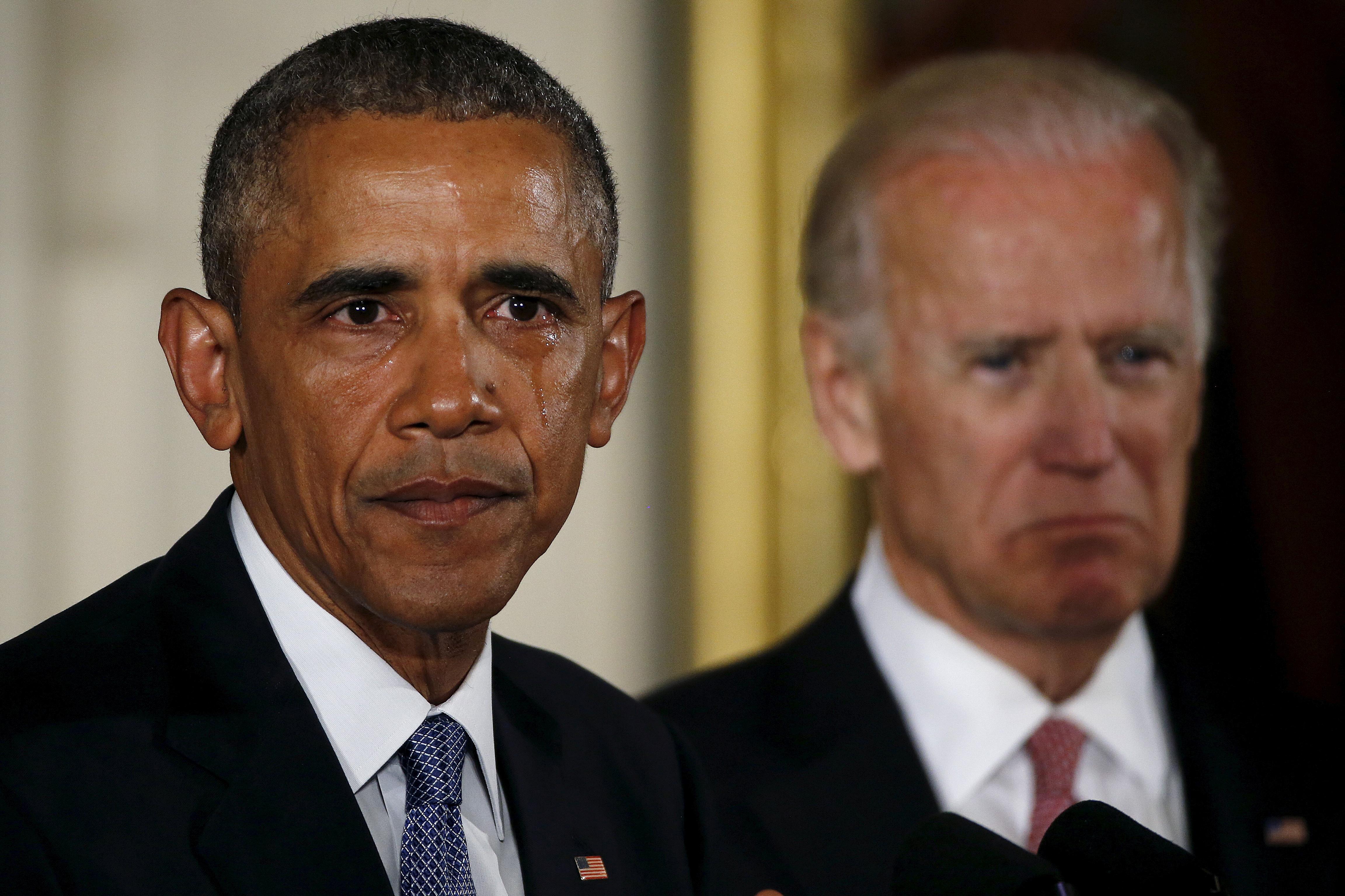 El entonces presidente de Estados Unidos, Barack Obama, llora al hacer una declaración sobre medidas para reducir la violencia armada, en la Sala Este de la Casa Blanca, el 5 de enero de 2016 (REUTERS/Carlos Barria)