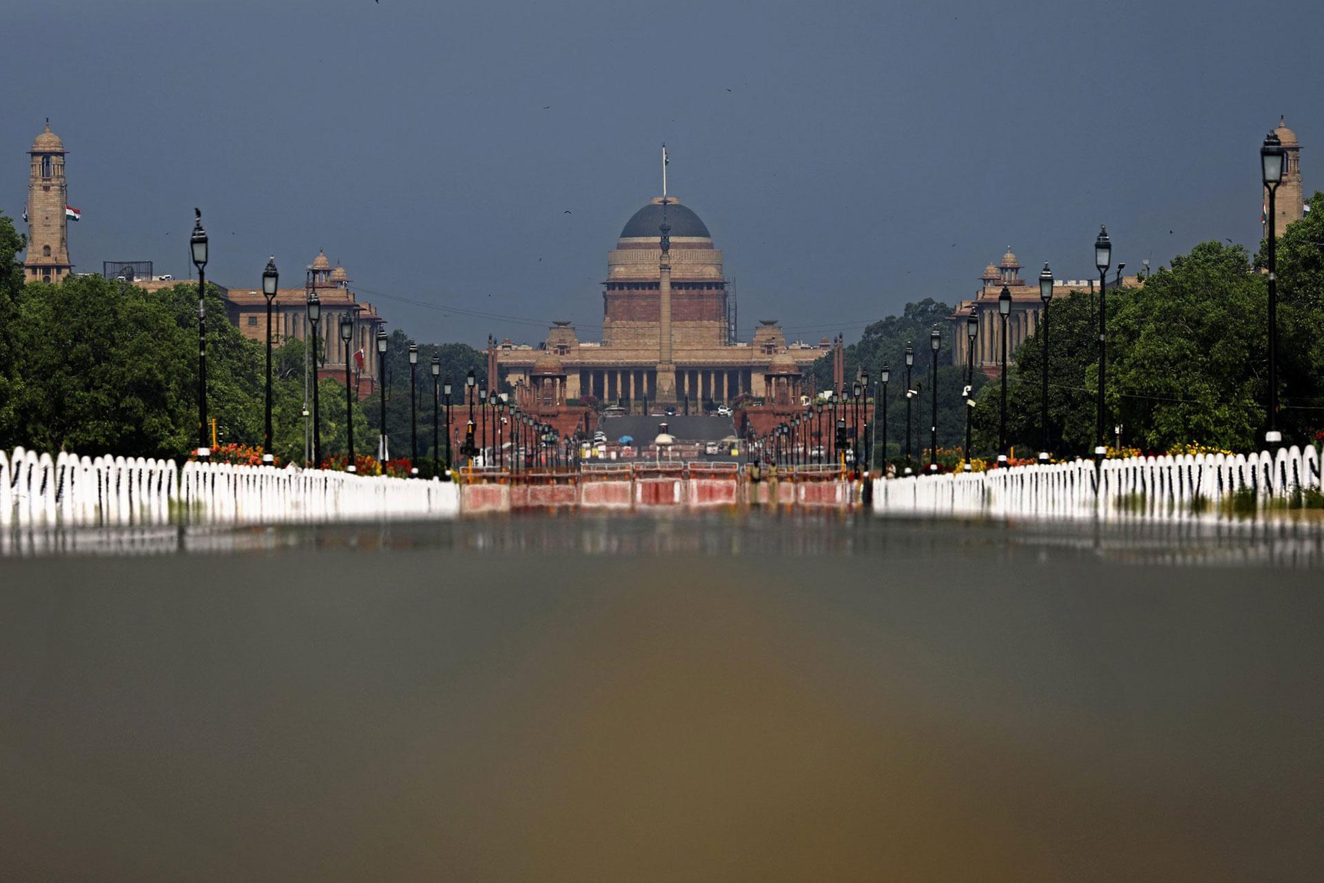 Rajpath, el bulevar ceremonial de la India, en Nueva Delhi, está desierto el 27 de abril de 2020. (Foto AP / Altaf Qadri)