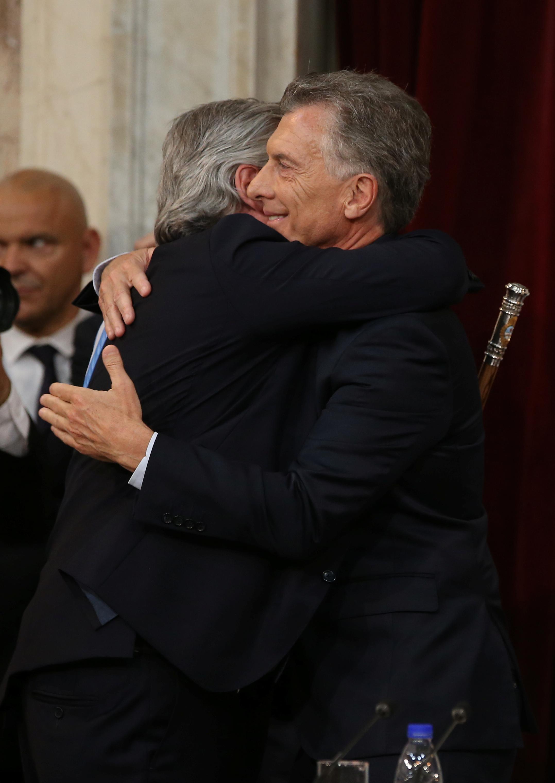 El abrazo entre el presidente electo Alberto Fernández y el saliente, Mauricio Macri