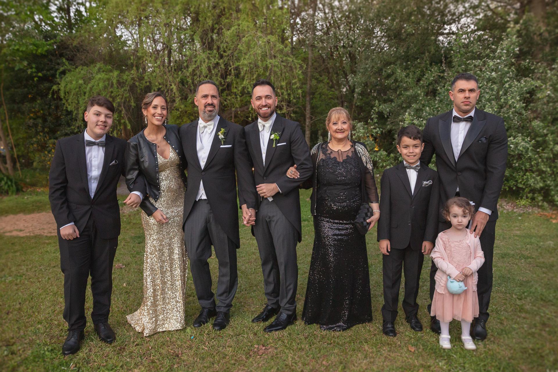 Los esposos junto a la familia de Nicolás Pottery: Lautaro Martínez, Lucía Domínguez y María Rosa Ramírez junto a Ignacio, Ezequiel y Camila Martínez