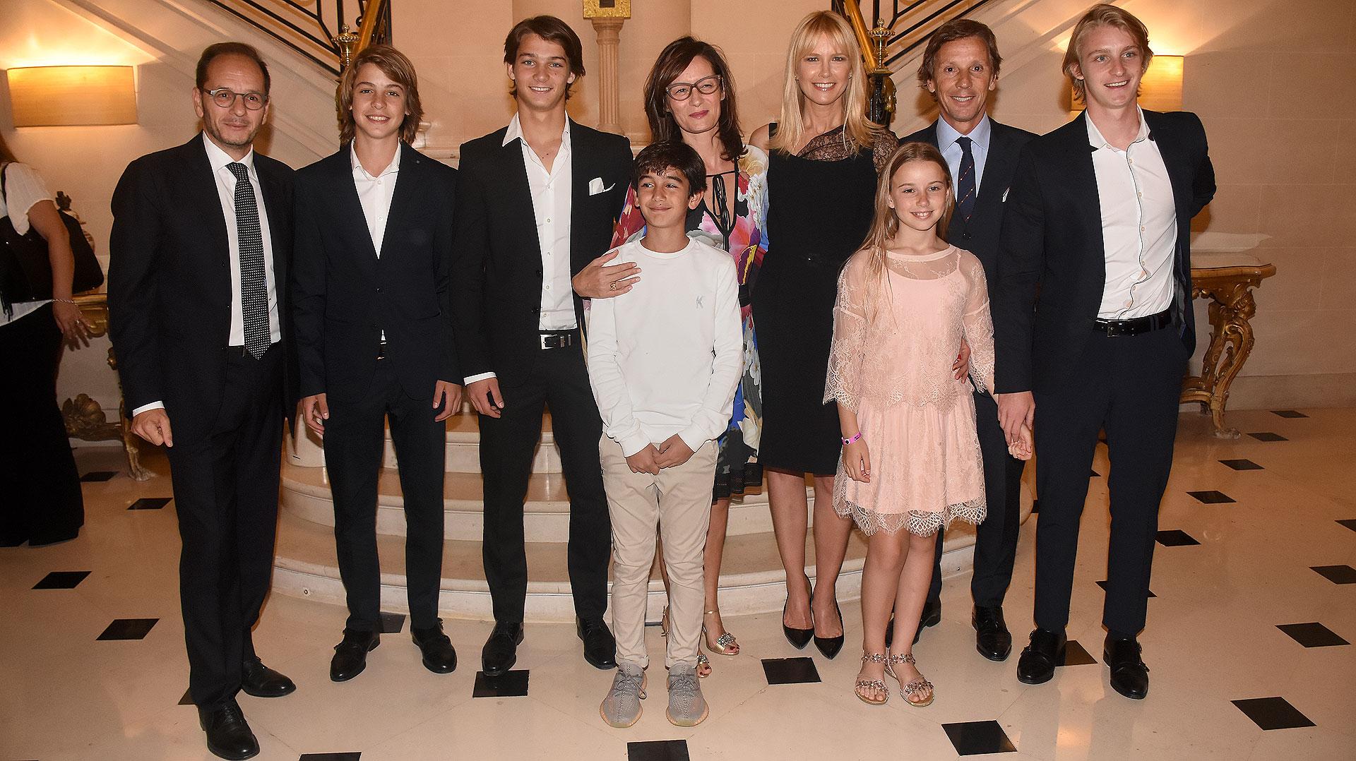 Giuseppe Manzo junto a su mujer Alma y su hijo Federico; Valeria Mazza, Alejandro Gravier y sus hijos Balthazar, Tiziano, Benicio y Taína