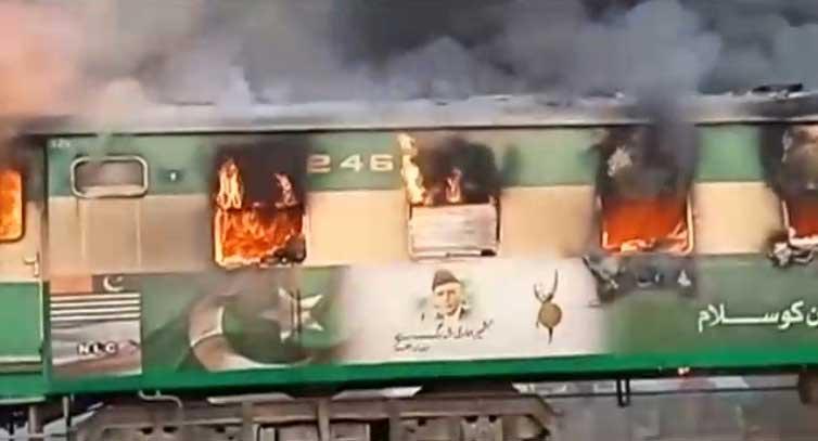 Se estima que se incendiaron tres vagones. (REUTERS)