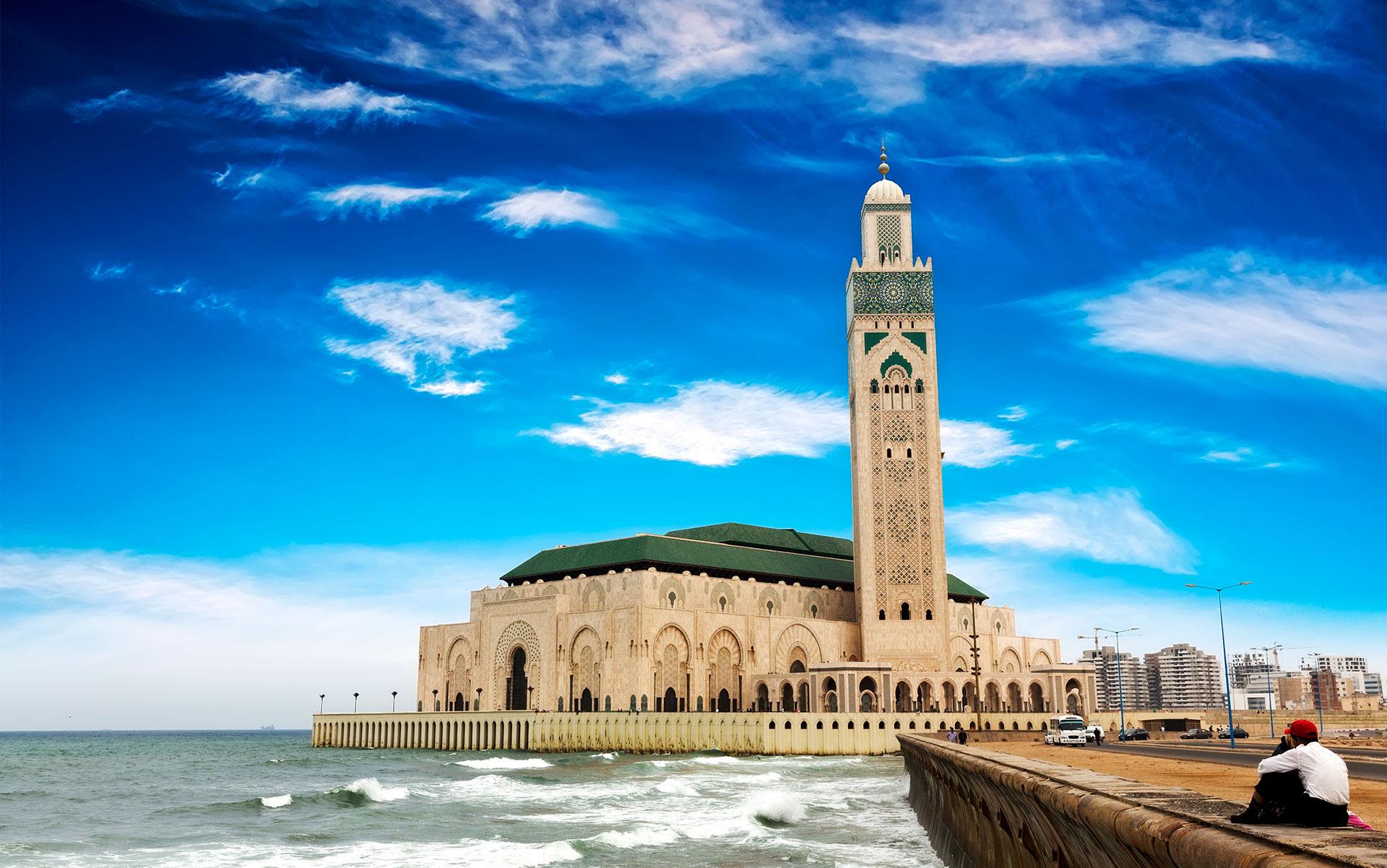 La mezquita de Hasan II es la mezquita más grande de África y tiene el minarete más alto del mundo con 210 m de altura. Fue construido en 1993