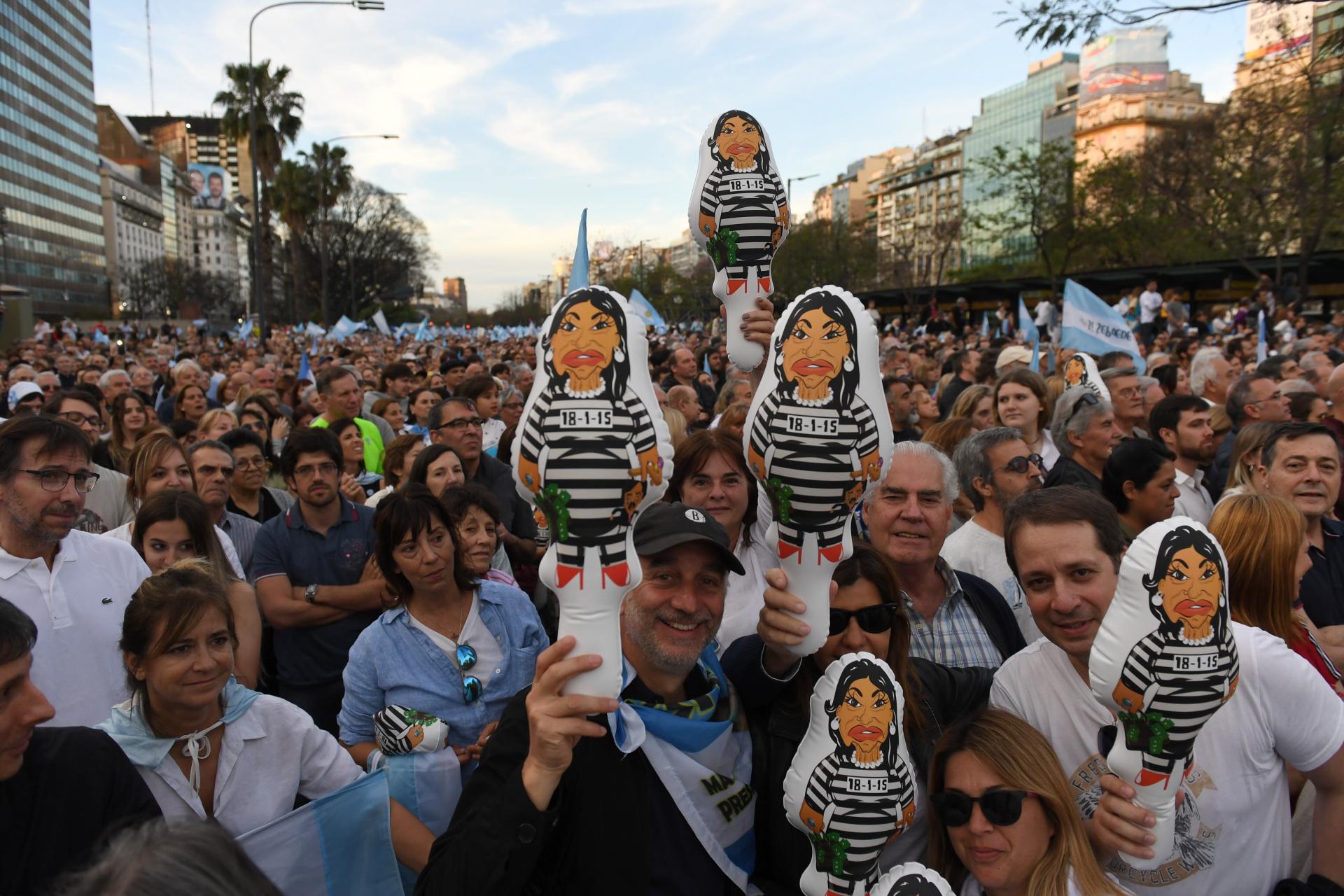 Merchandising del acto: muñecos que caricaturizan a Cristina Kirchner presa
