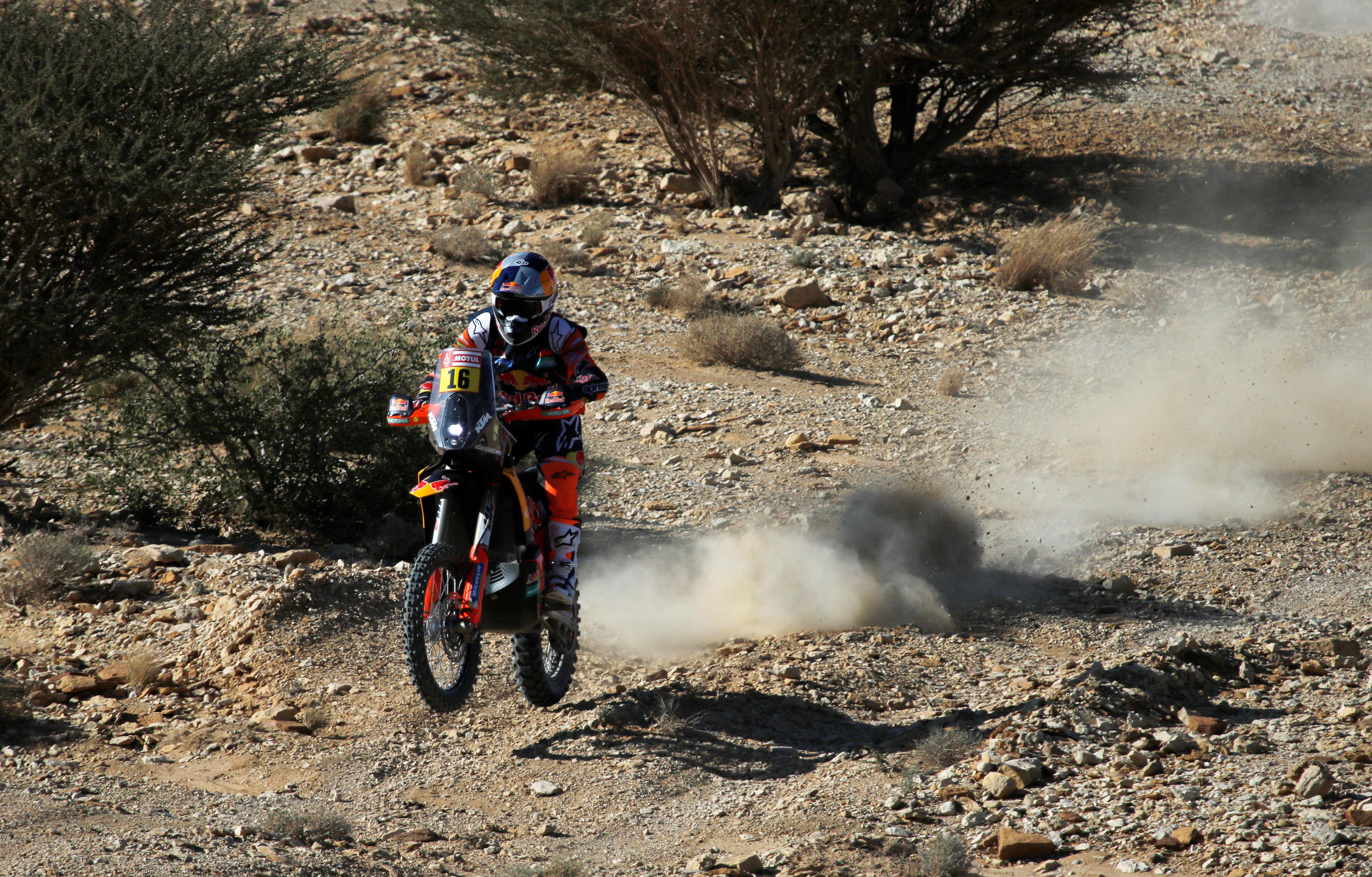 Las motos reanudaron la competición después de la etapa cancelada este lunes en señal del luto por el mortal accidente que sufrió el día anterior el piloto portugués Paulo Gonçalves